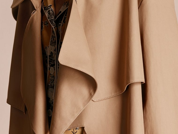 Trench coat corto destrutturato in gabardine di cotone - Donna | Burberry - cell image 4