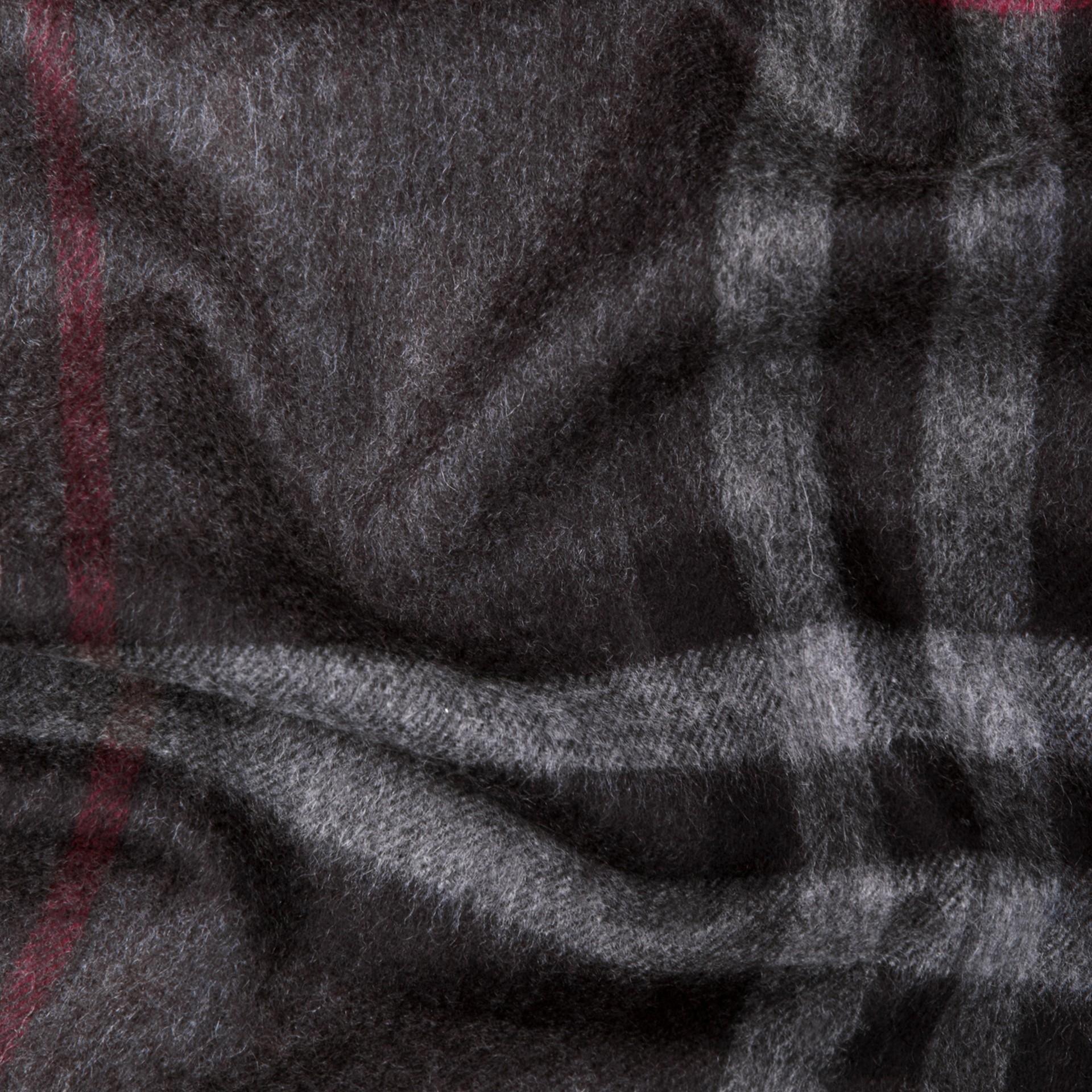 Check anthracite Écharpe classique en cachemire à motif check Anthracite - photo de la galerie 4