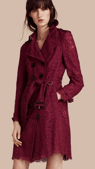 Trench coat de renda italiana com bainhas recortadas