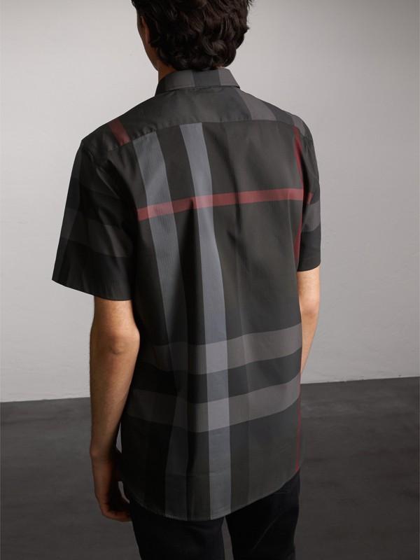 Camisa de algodão stretch com mangas curtas e estampa xadrez (Grafite) - Homens | Burberry - cell image 2