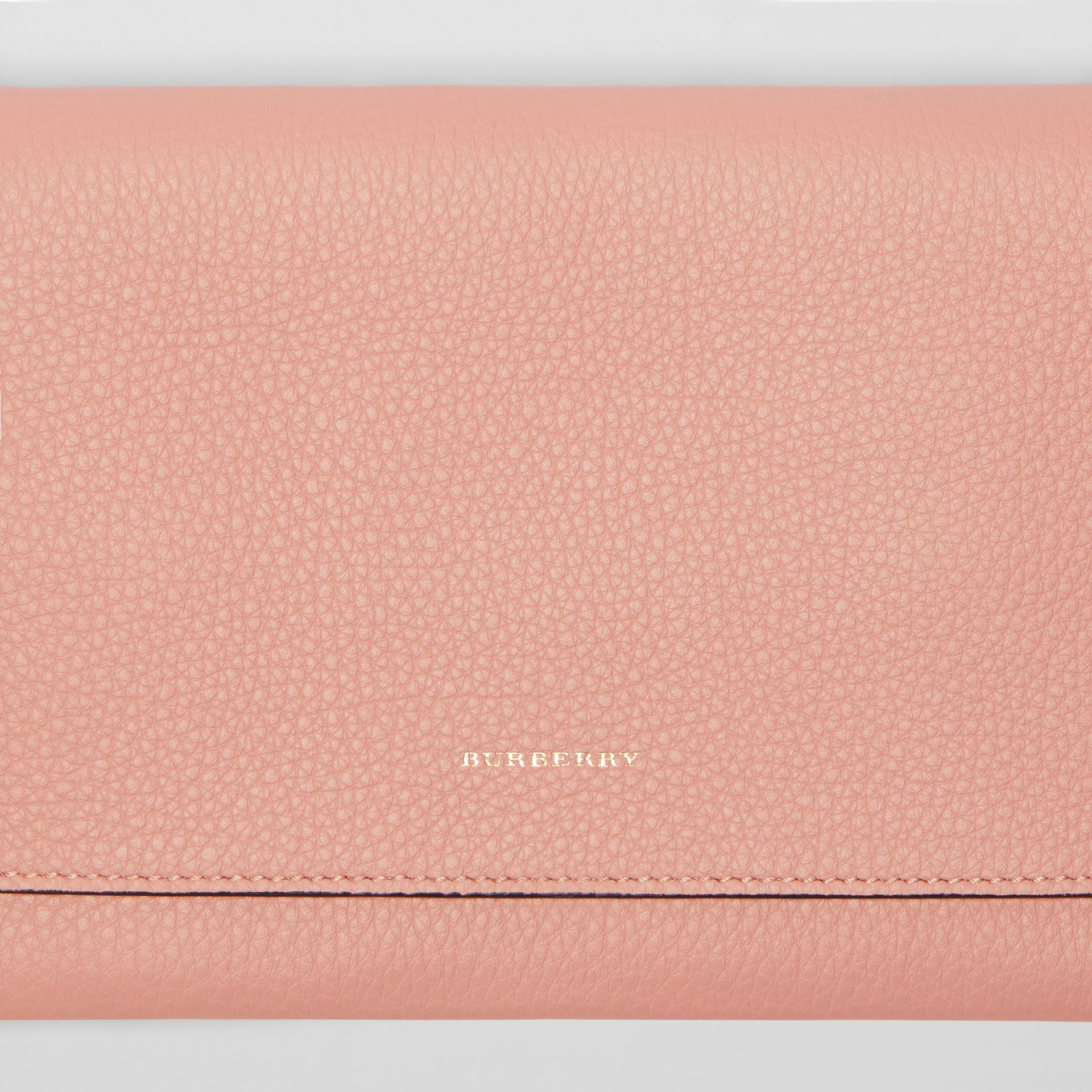 Clutch wristlet en cuir bicolore (Rose Platiné) - Femme | Burberry - photo de la galerie 1