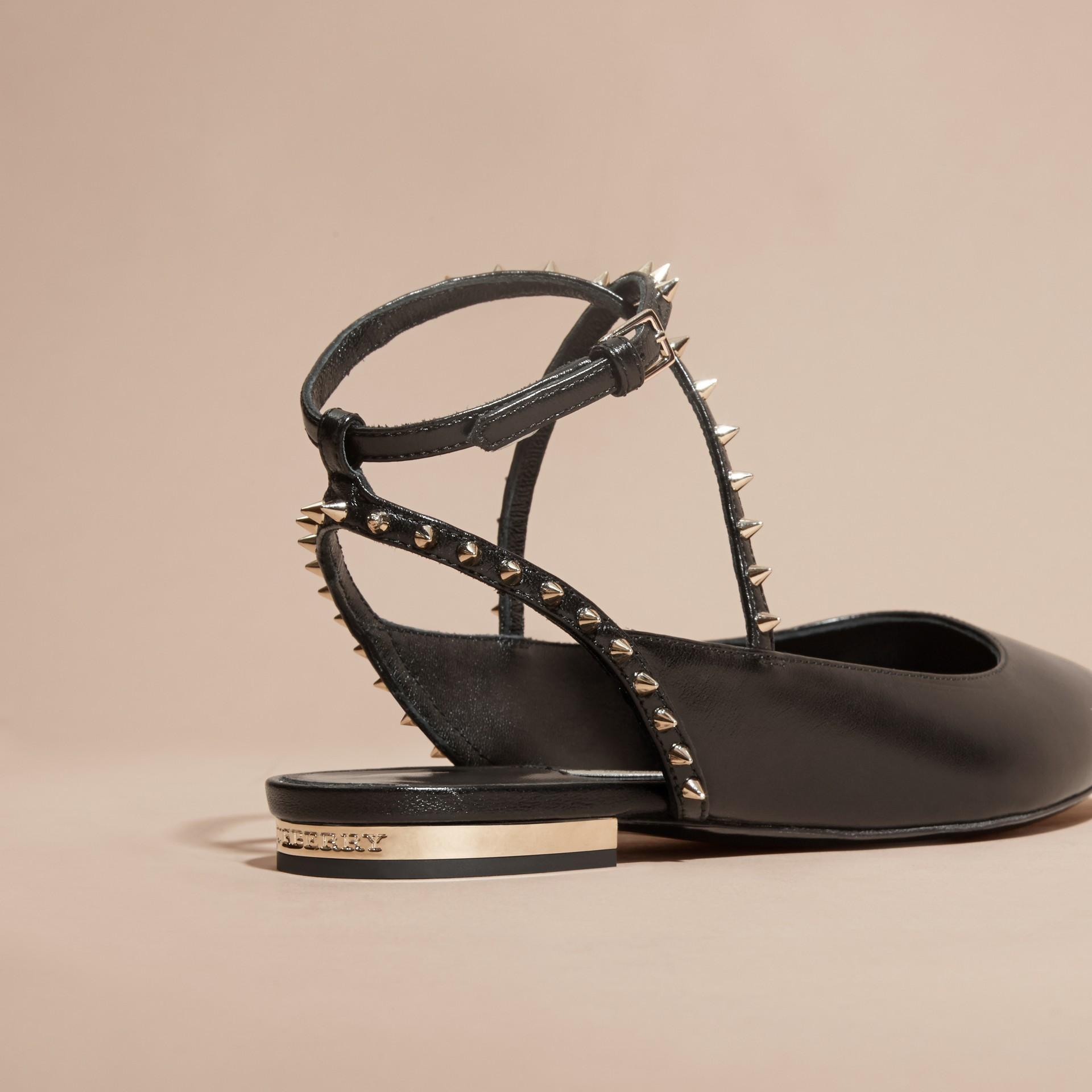 Nero Sandali tipo Chanel in pelle borchiata - immagine della galleria 4