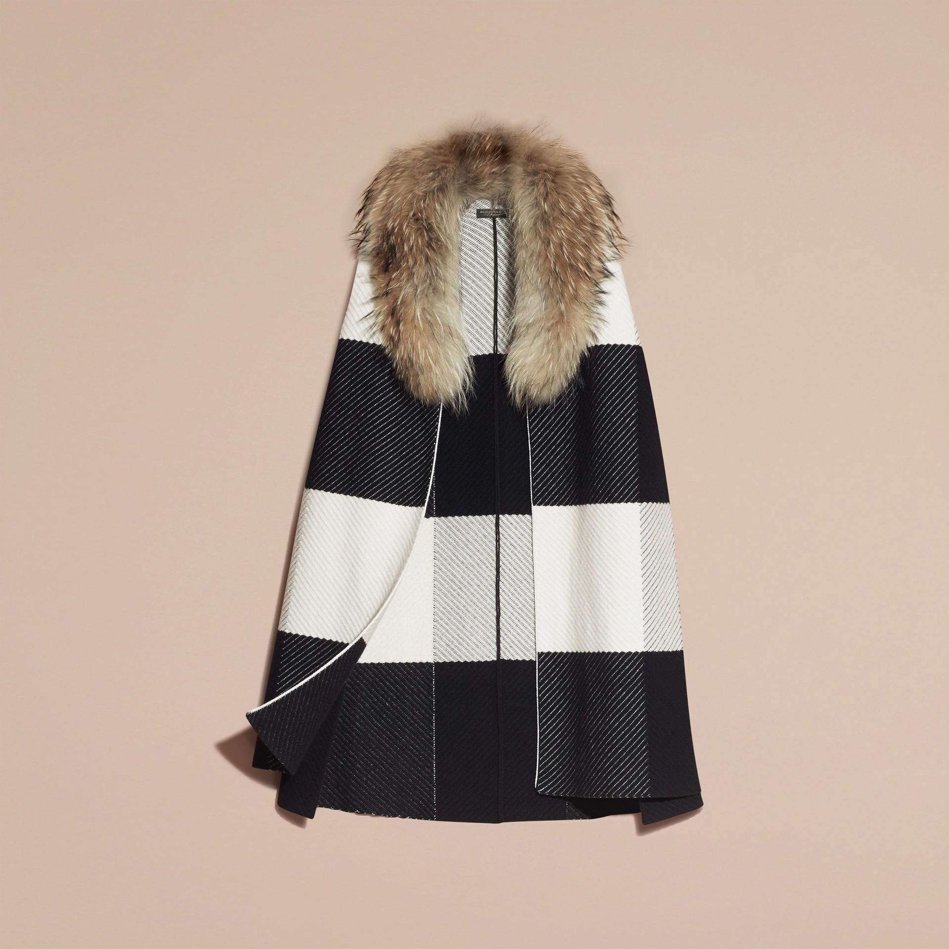 Noir/blanc Poncho en laine et cachemire mélangés à motif check avec col en fourrure de raton laveur - photo de la galerie 4