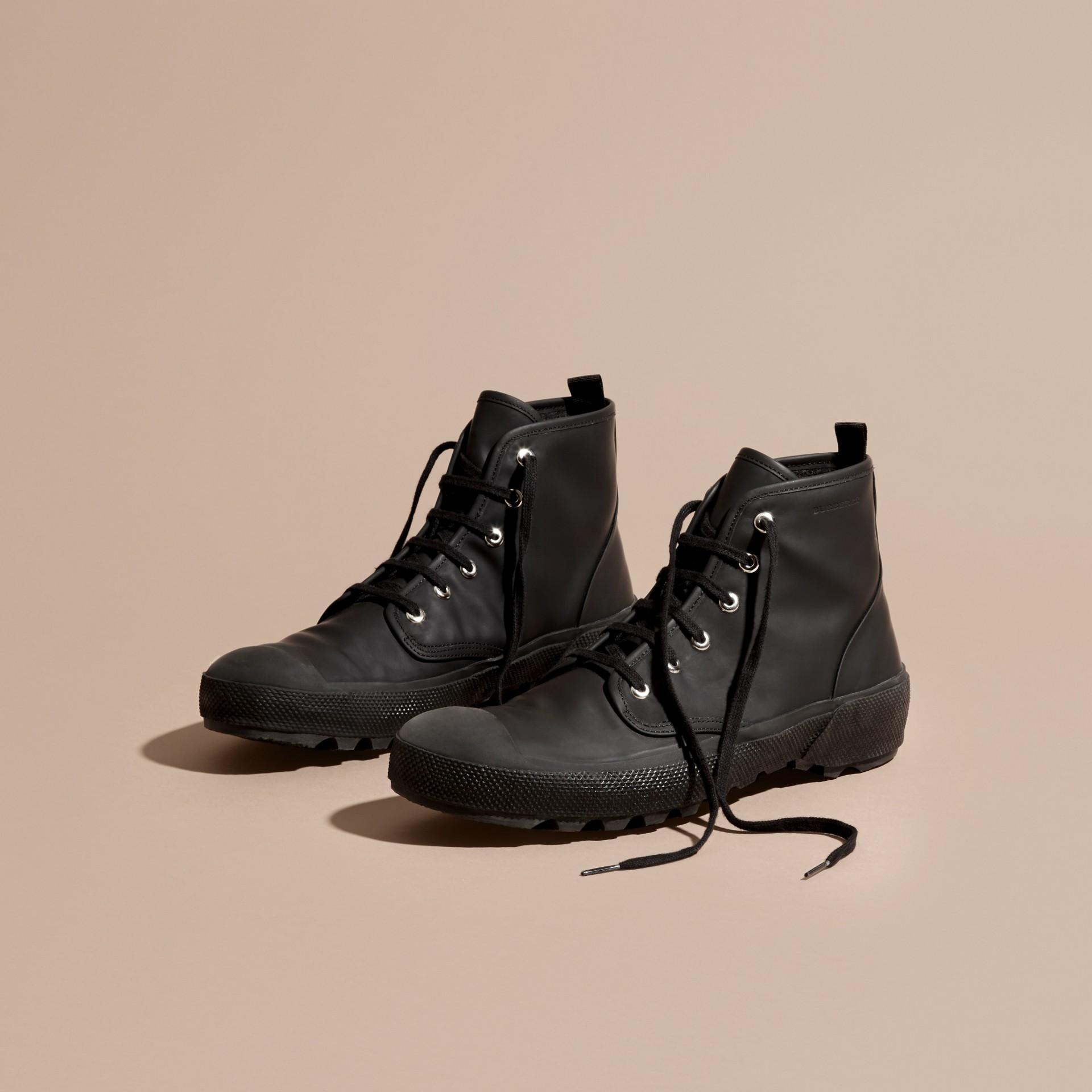 Nero Stivali con lacci in pelle gommata - immagine della galleria 2