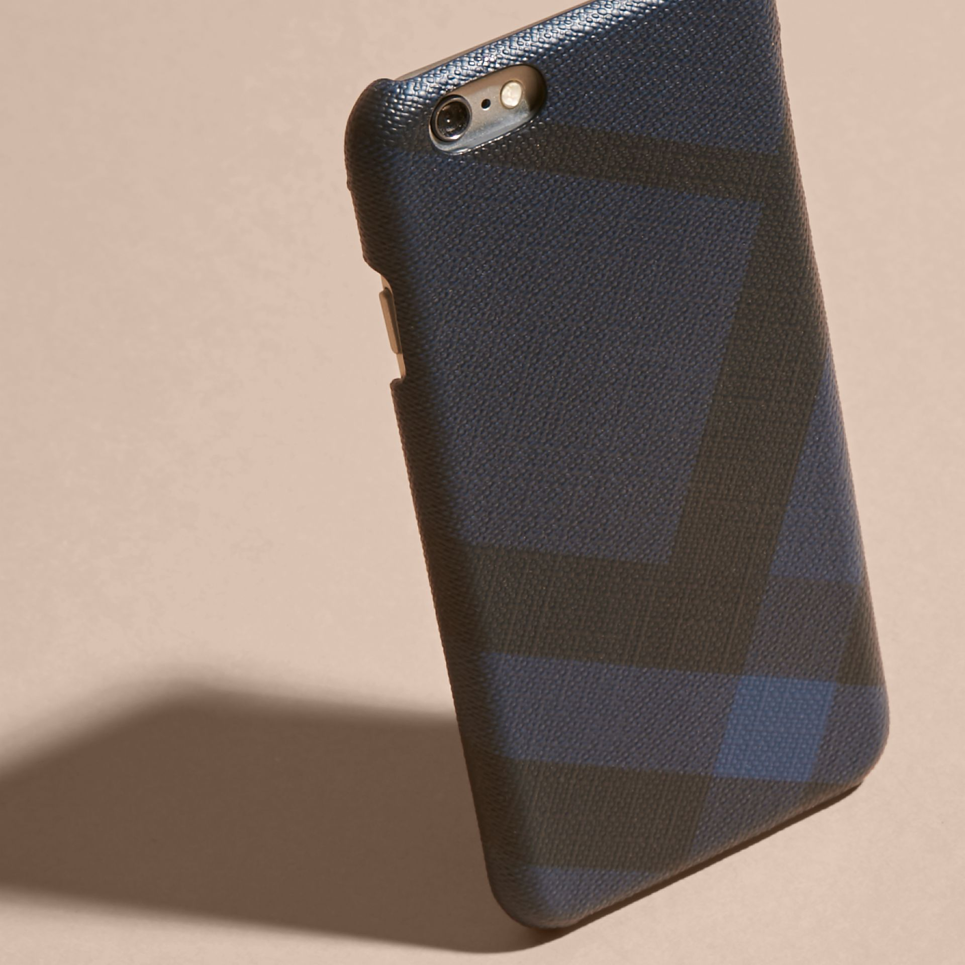 Custodia per iPhone 7 con motivo London check (Navy/nero) | Burberry - immagine della galleria 4