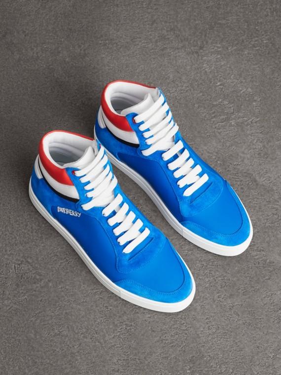 Sneakers montantes en cuir et cuir velours (Bleu Ciel Vif)