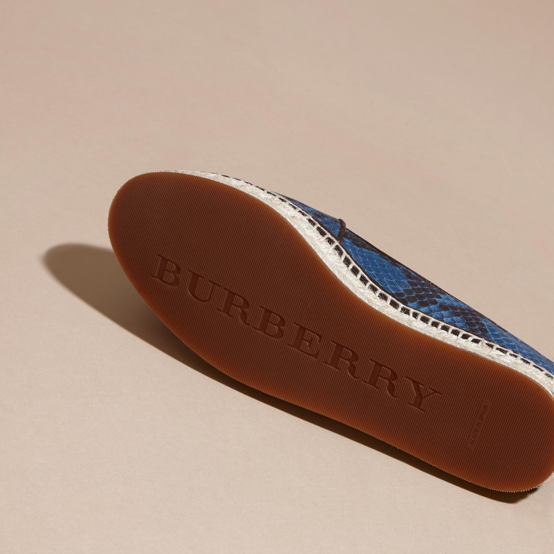 Bleu minéral Espadrilles en cuir et coton à imprimé python avec pampilles Bleu Minéral - photo de la galerie 5