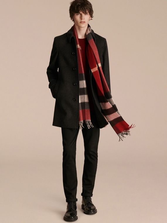 The Large Classic Cashmere Scarf in Check in Parade Red | Burberry United Kingdom - cell image 3