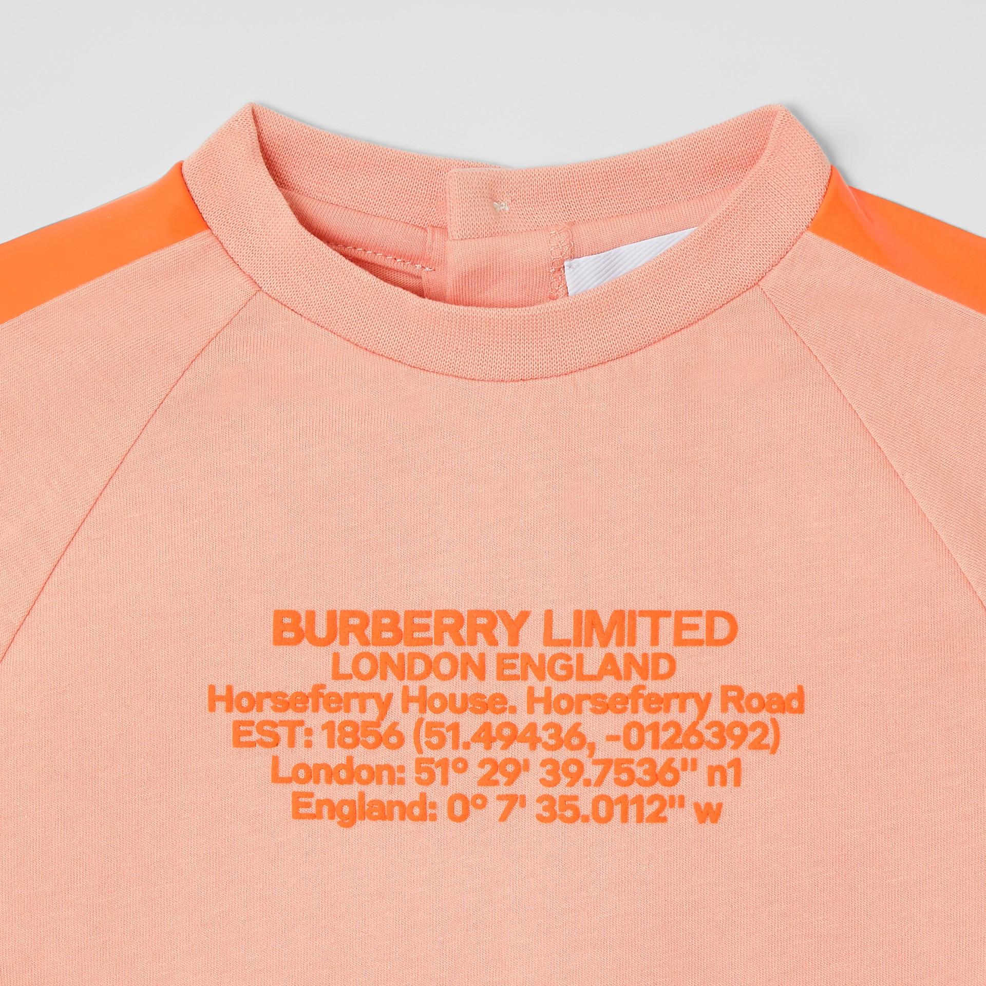 T-shirt en coton avec coordonnées géographiques (Pêche) - Enfant | Burberry Canada - photo de la galerie 4