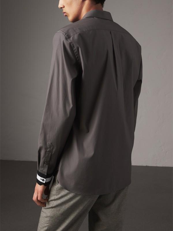 Camisa de algodão stretch com punhos listrados (Cinza Areia) - Homens | Burberry - cell image 2