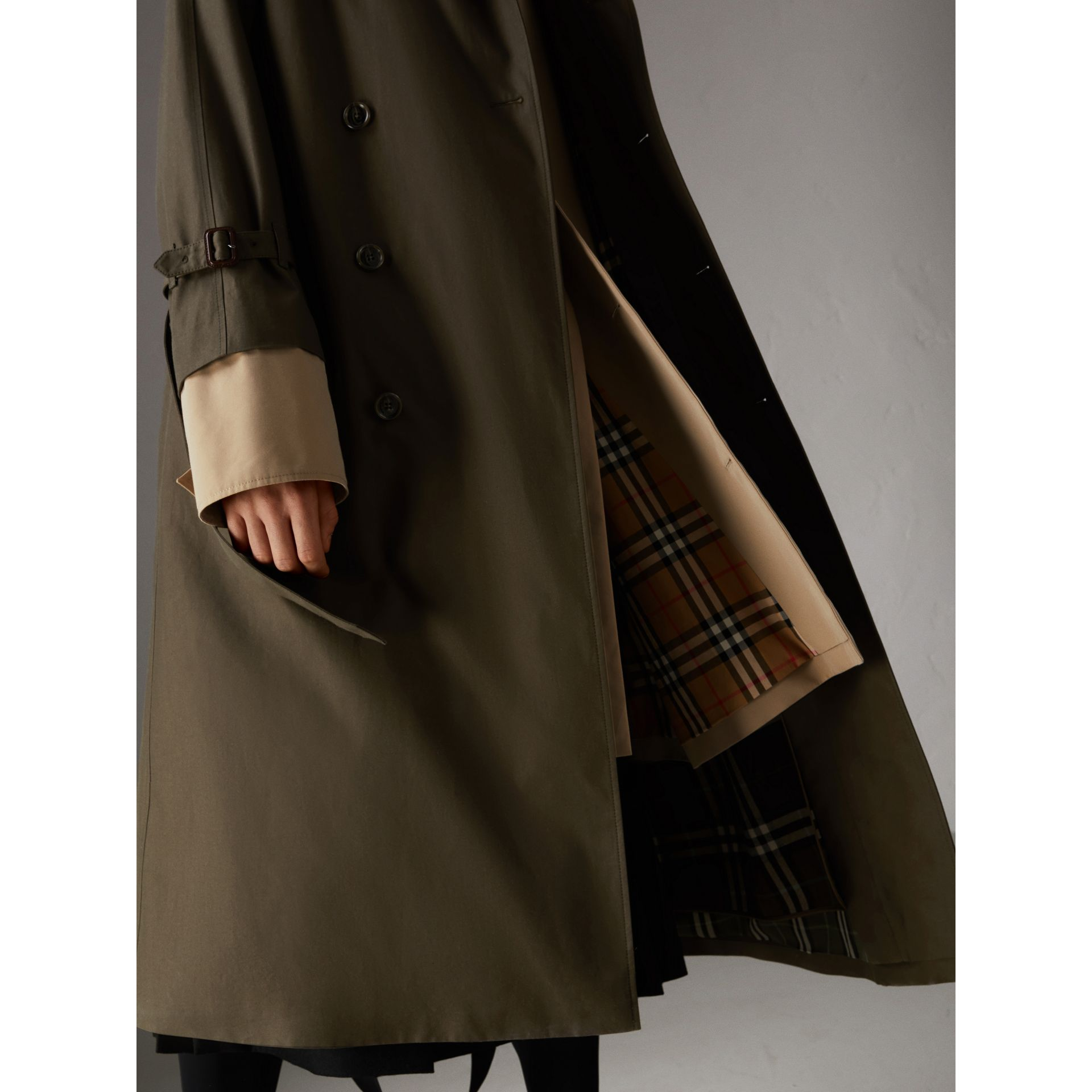 Trench coat in gabardine tropicale (Verde Cachi Scuro) | Burberry - immagine della galleria 1