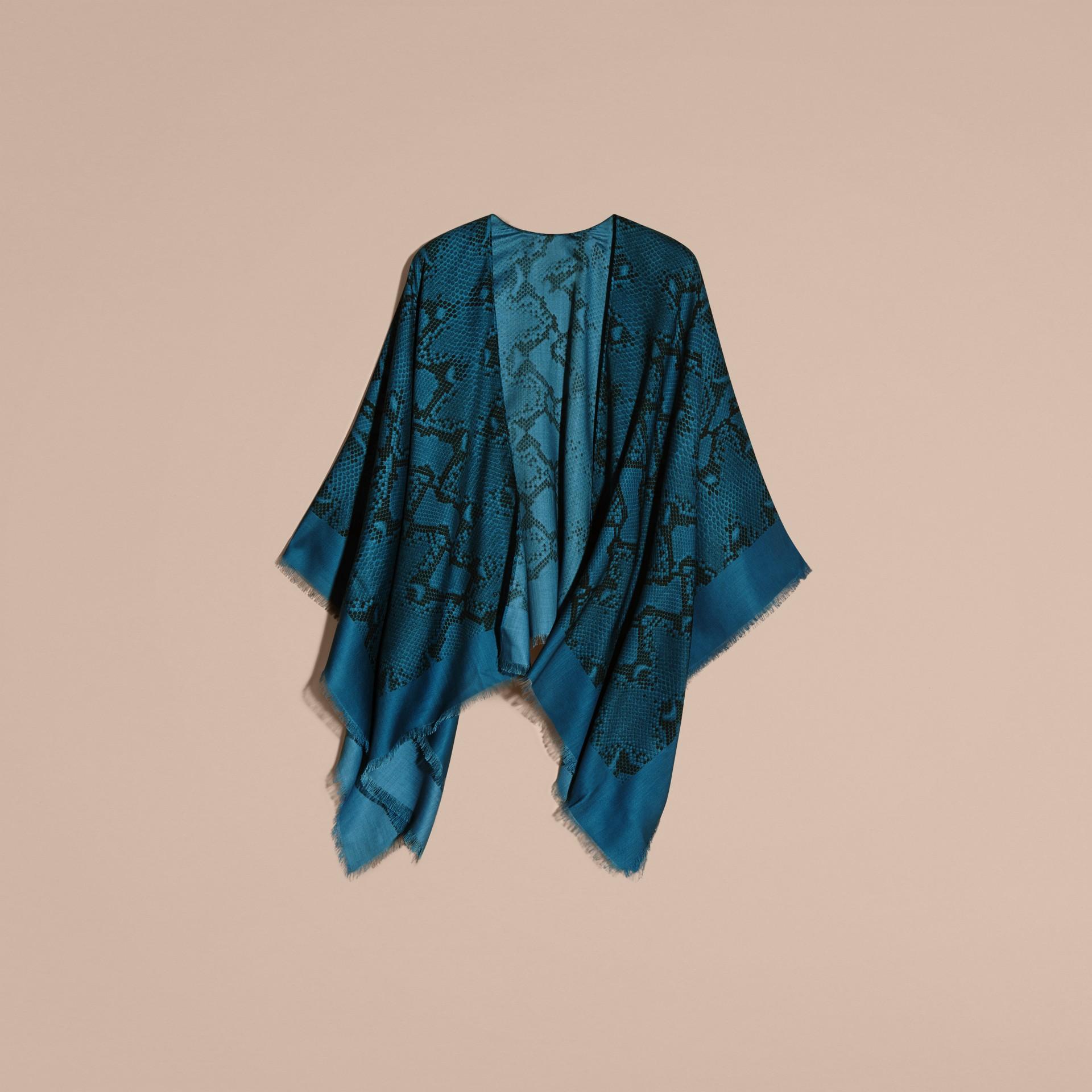 Mineral blue Poncho leve de lã, seda e cashmere com estampa de píton Mineral Blue - galeria de imagens 4