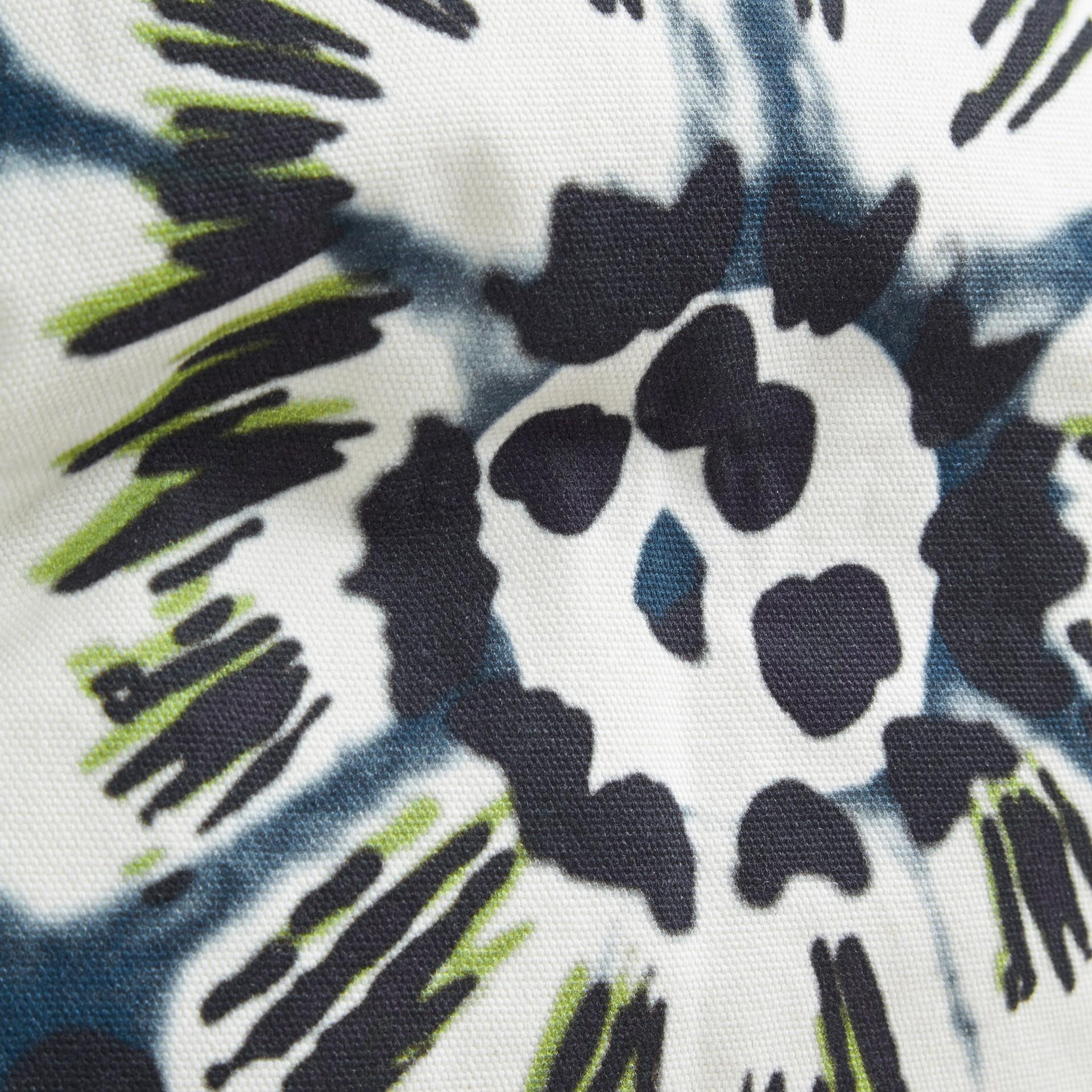Bleu azur intense Housse de coussin en coton à motif floral façon tie and dye Bleu Azur Intense - photo de la galerie 2