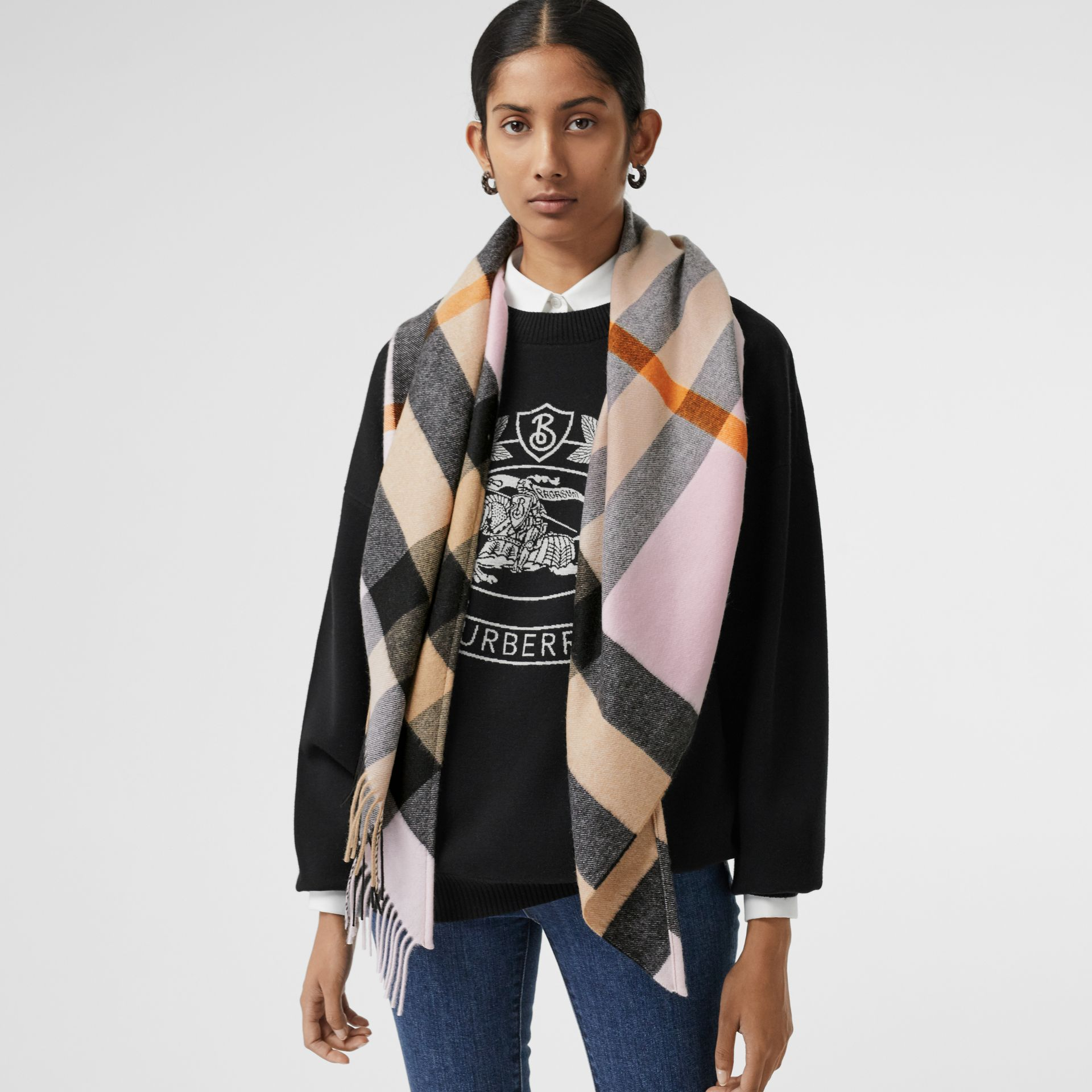 The Burberry Bandana in cashmere con motivo tartan (Pale Blossom) | Burberry - immagine della galleria 5
