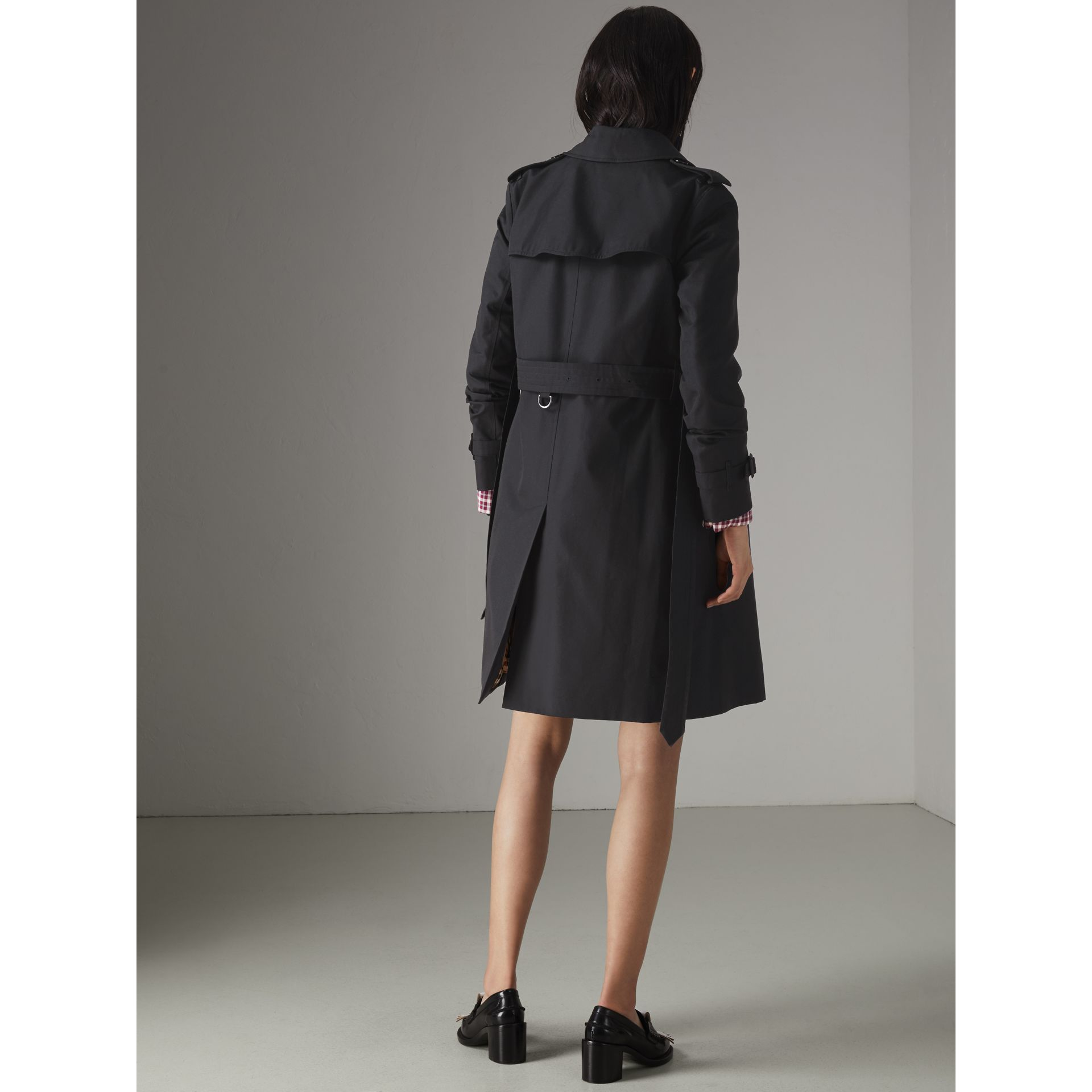 The Kensington Heritage Trench Coat in Midnight - Women | Burberry United Kingdom - gallery image 2