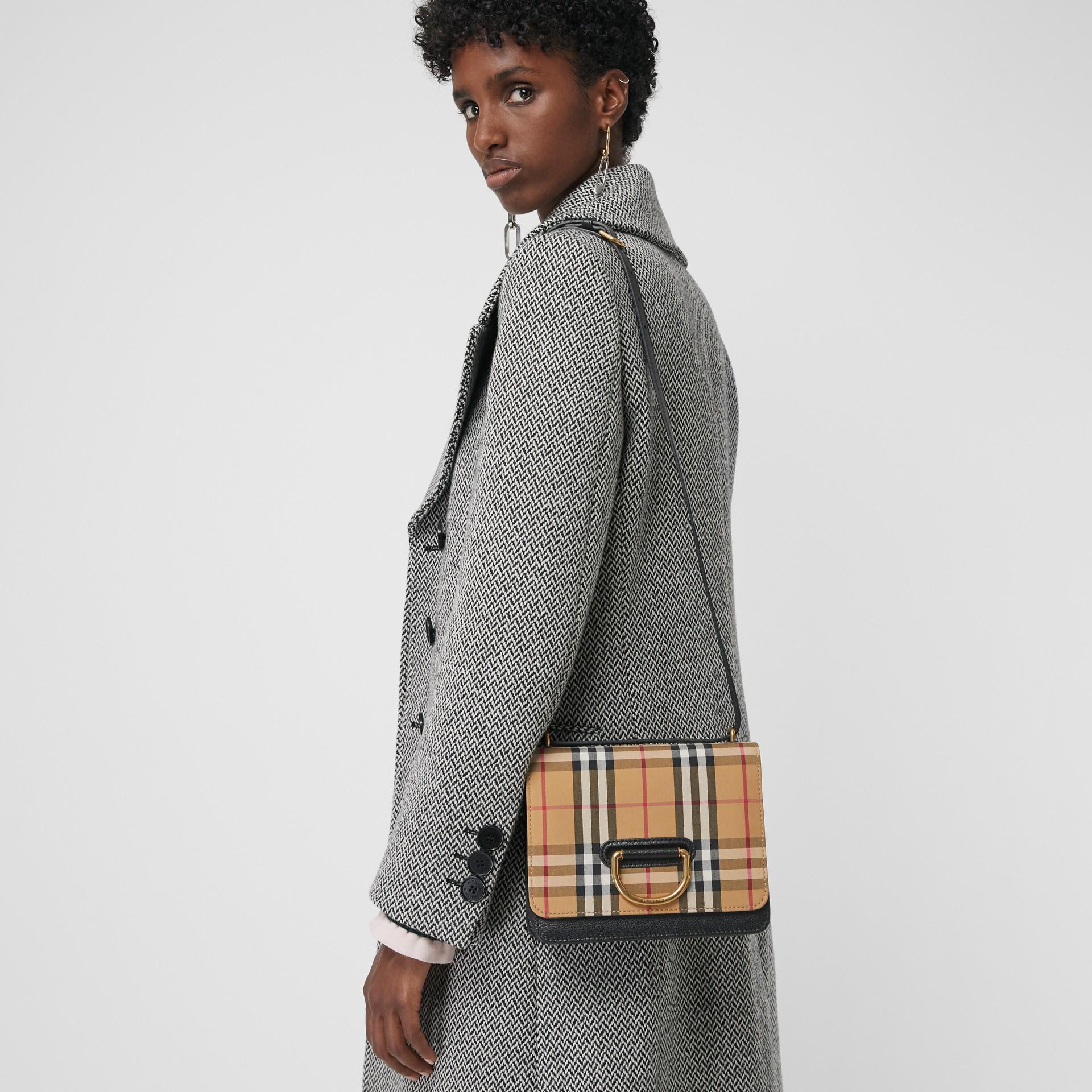 Bolso D-ring pequeño en algodón a cuadros Vintage Checks y piel (Negro / Amarillo Envejecido) - Mujer   Burberry - imagen de la galería 6
