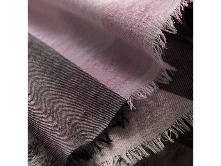The Lightweight Cashmere Scarf in Check in Dusty Lilac | Burberry - cell image 4