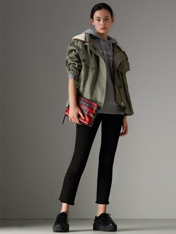 Bolsa pouch grande de lã em xadrez tartan com efeito plastificado (Vermelho Militar) - Mulheres | Burberry - cell image 2