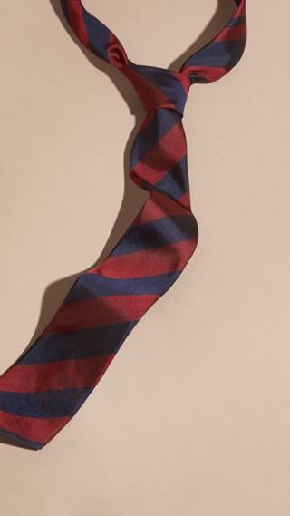 Cravate fine en jacquard de soie à rayures