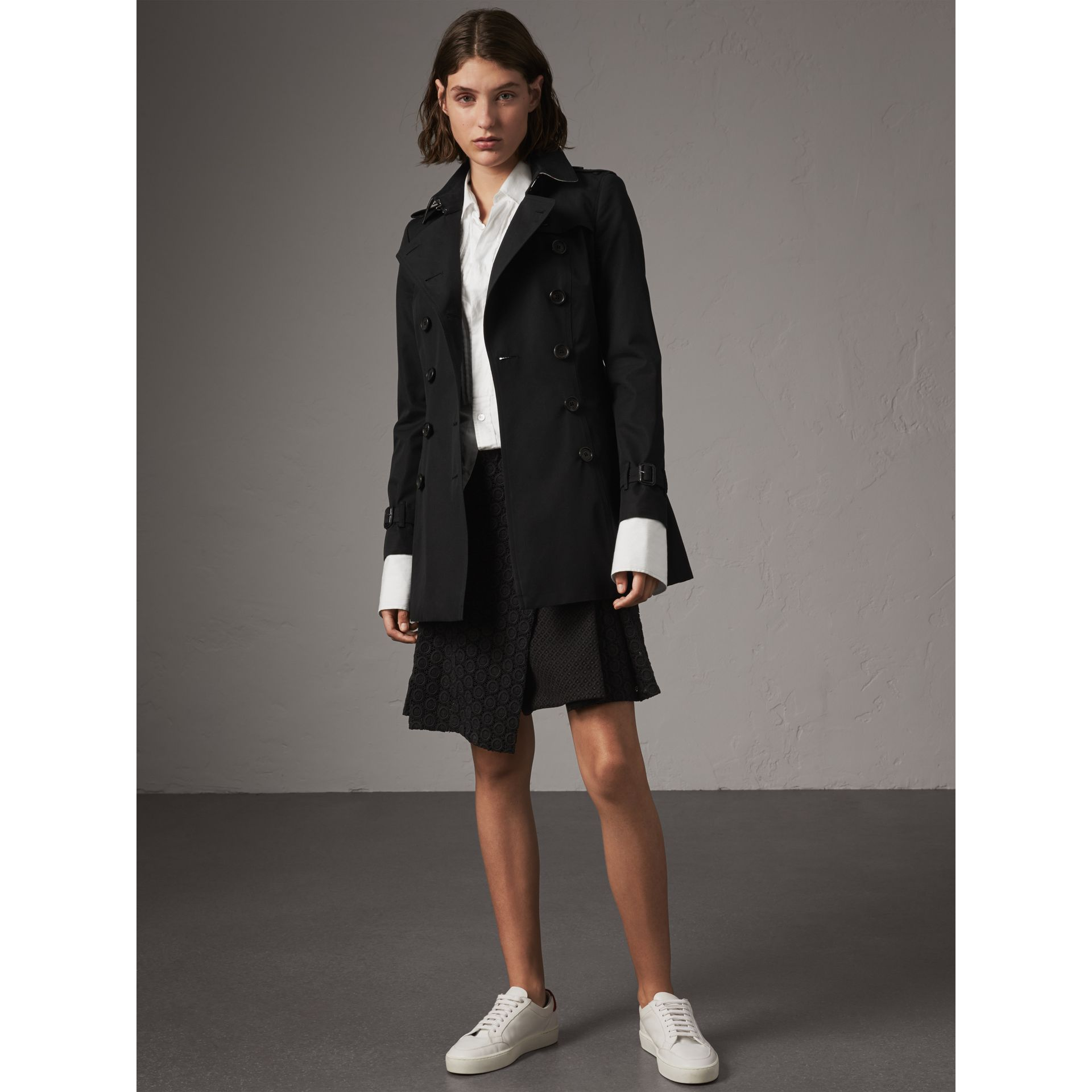 The Chelsea – Short Trench Coat in Black - Women | Burberry United Kingdom - gallery image 1