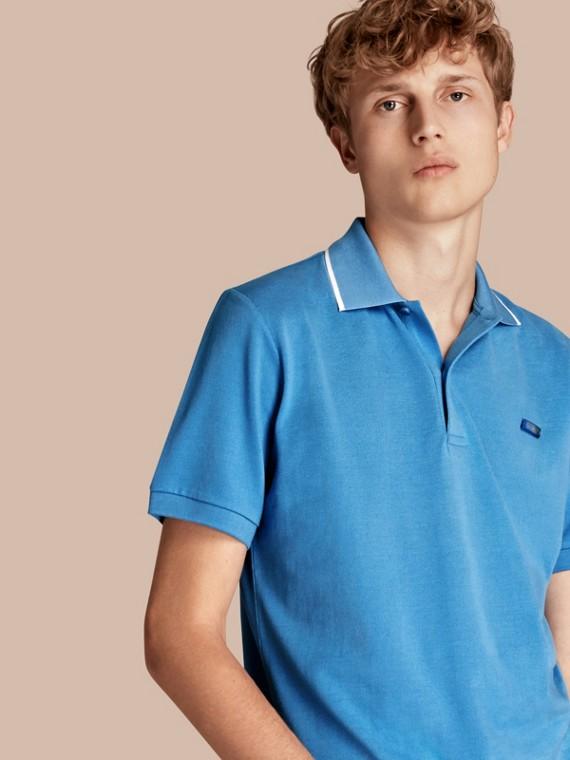 Polo in cotone piqué con colletto dai bordi a contrasto Blu Gesso
