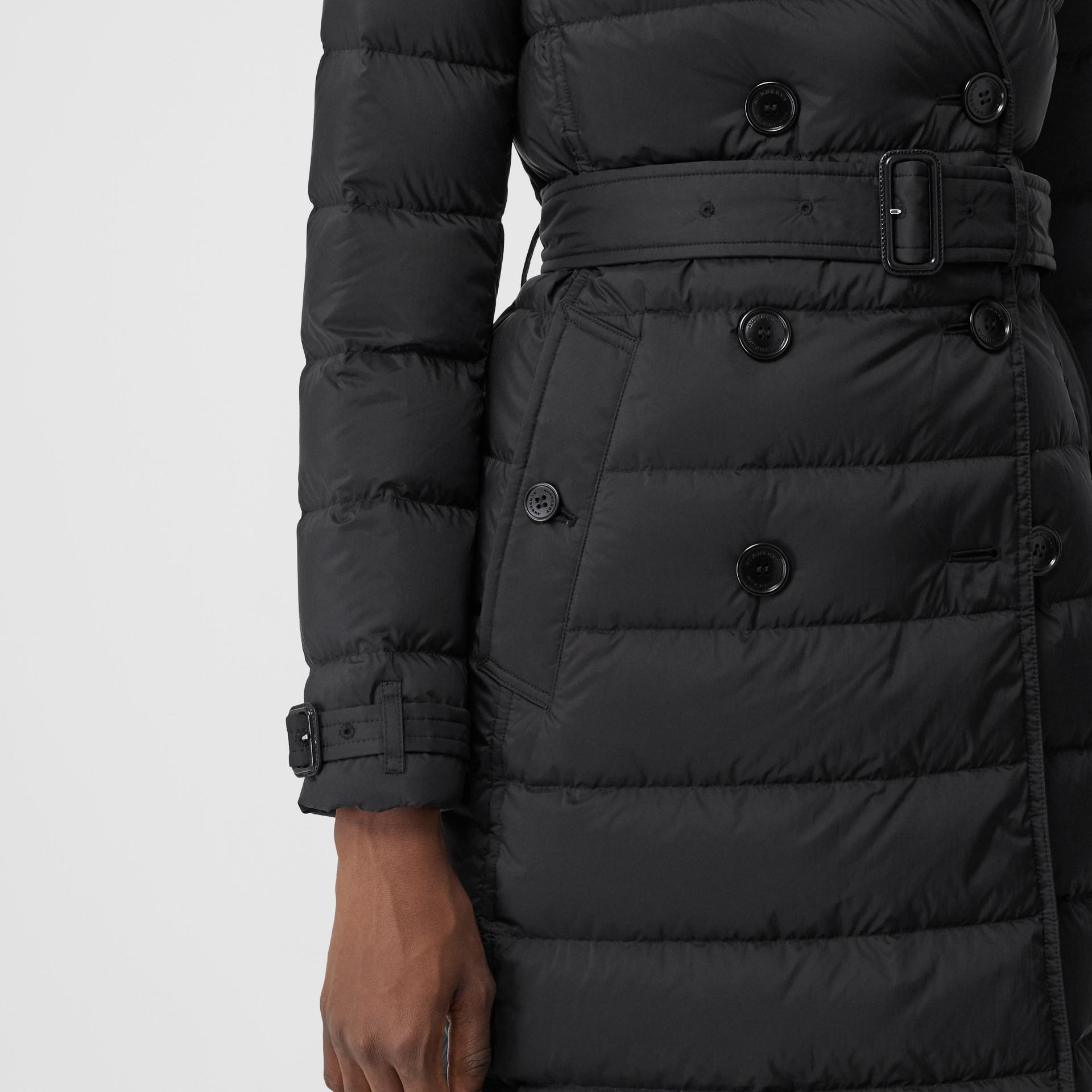 可拆式連帽羽絨大衣 (黑色) - 女款   Burberry - 圖庫照片 4