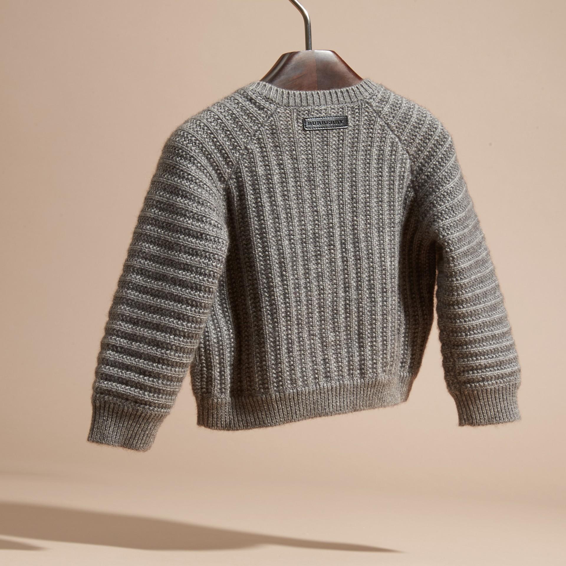 Camaïeu de gris moyens Cardigan en coton et cachemire multi-points - photo de la galerie 4