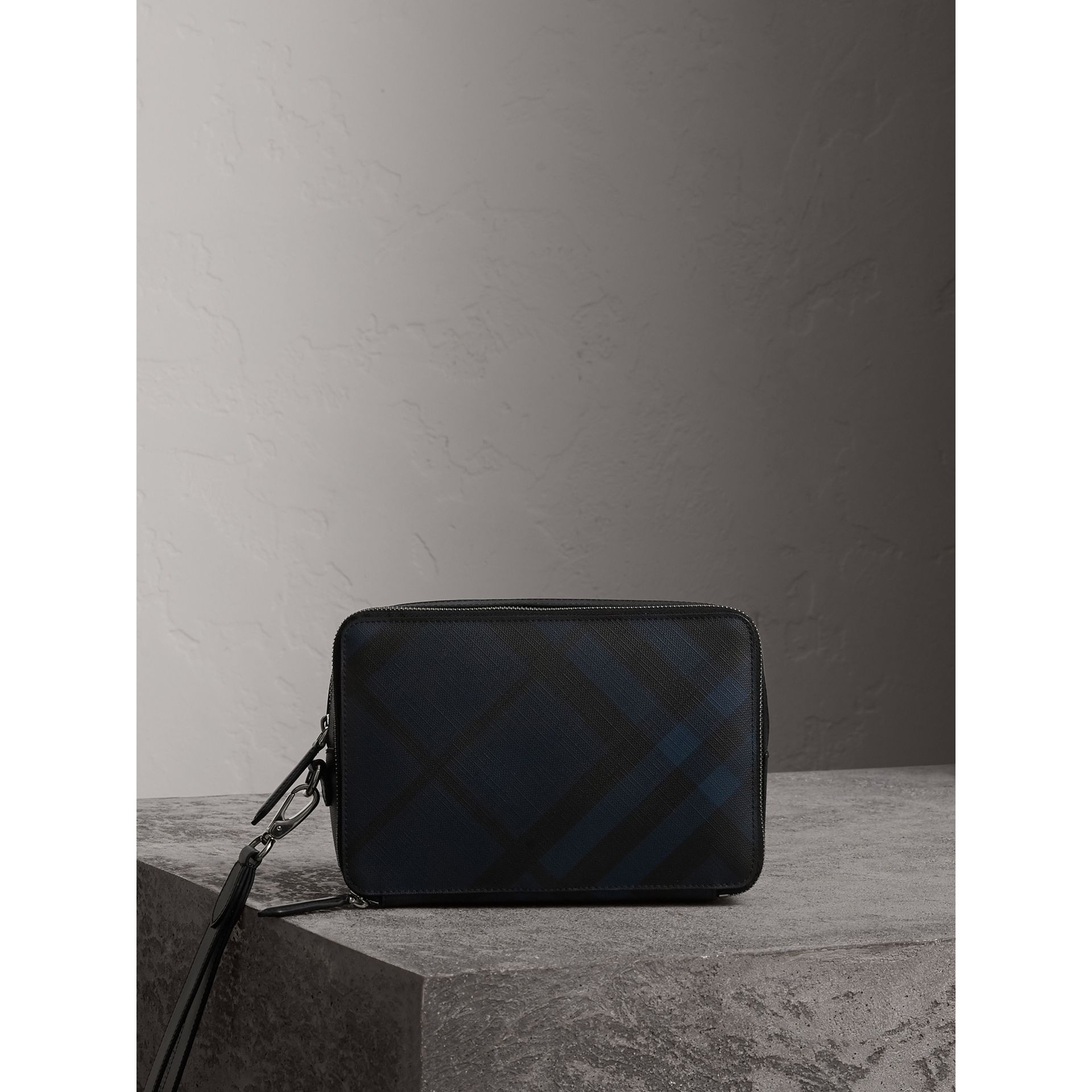 Pochette à motif London check avec éléments en cuir (Marine/noir) - Homme | Burberry - photo de la galerie 1