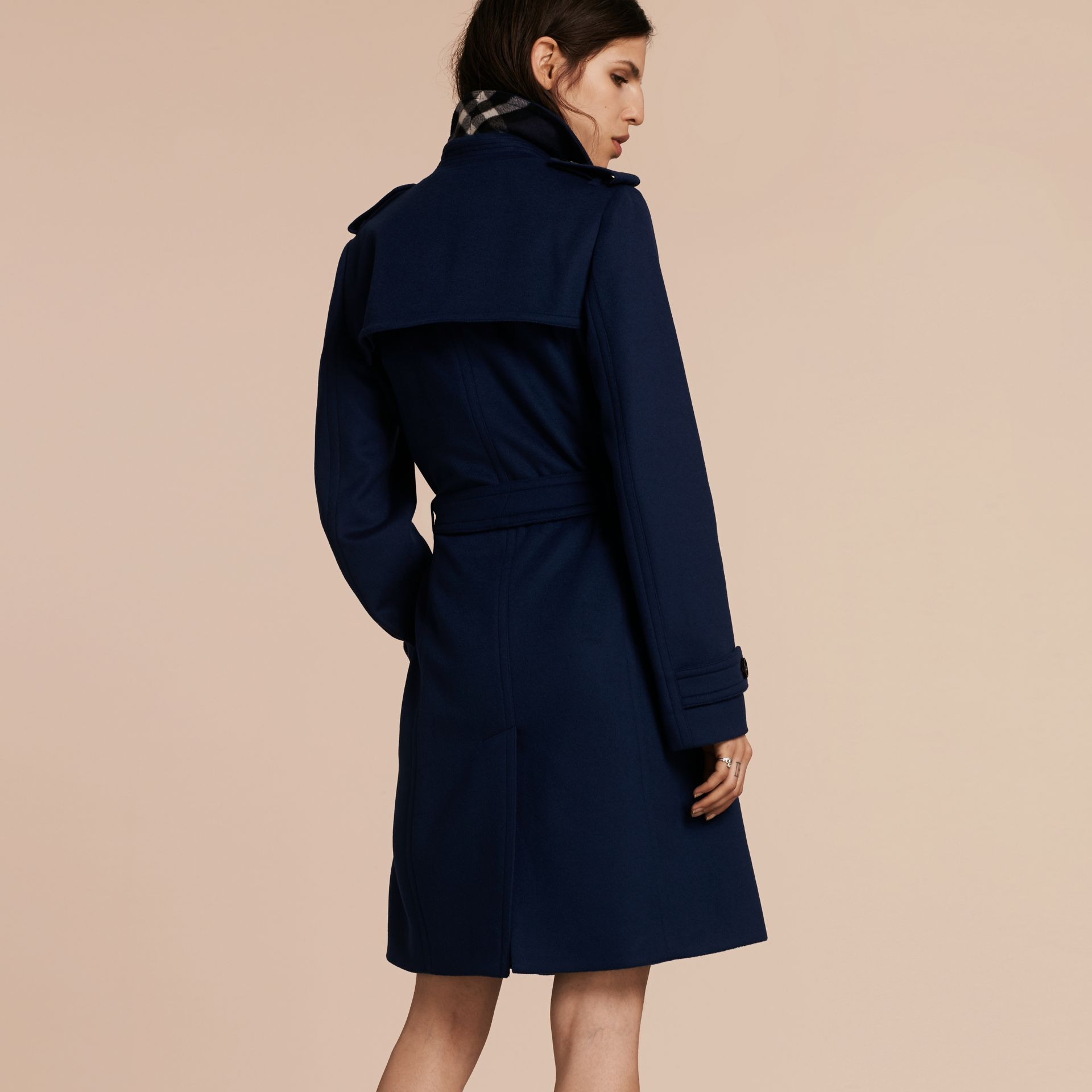 Bleu empire Trench-coat portefeuille en laine et cachemire - photo de la galerie 3