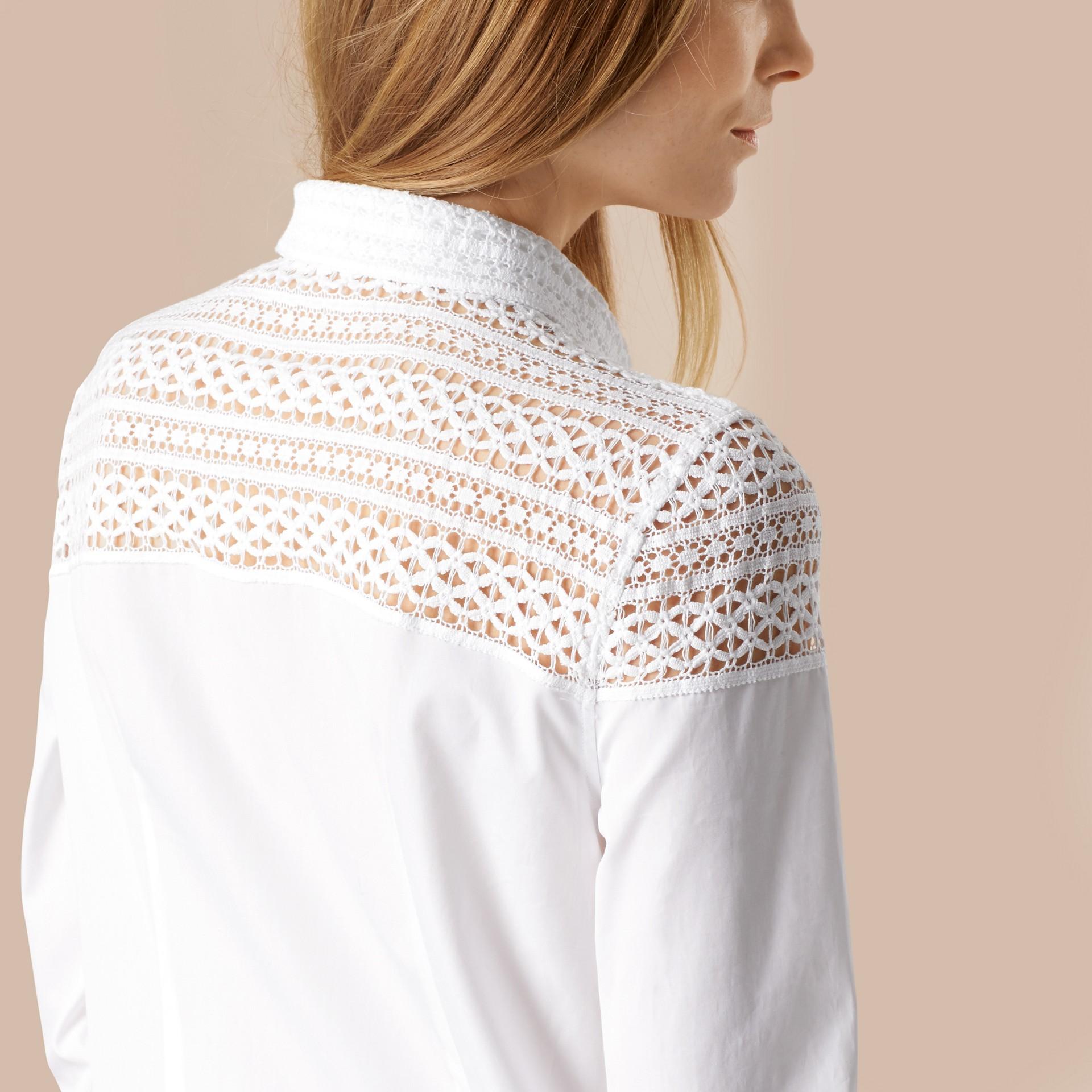 Bianco Camicia in cotone con dettagli in pizzo macramè - immagine della galleria 5