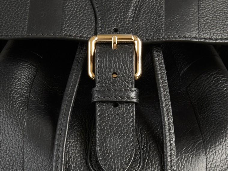 Noir Sac à dos en cuir à motif check en relief - cell image 1