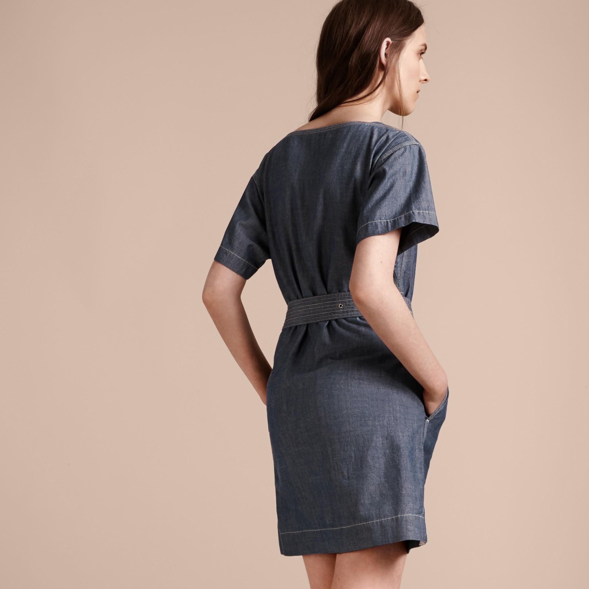 라이트 인디고 벨트 쇼트 슬리브 샴브레이 코튼 드레스 - 갤러리 이미지 3
