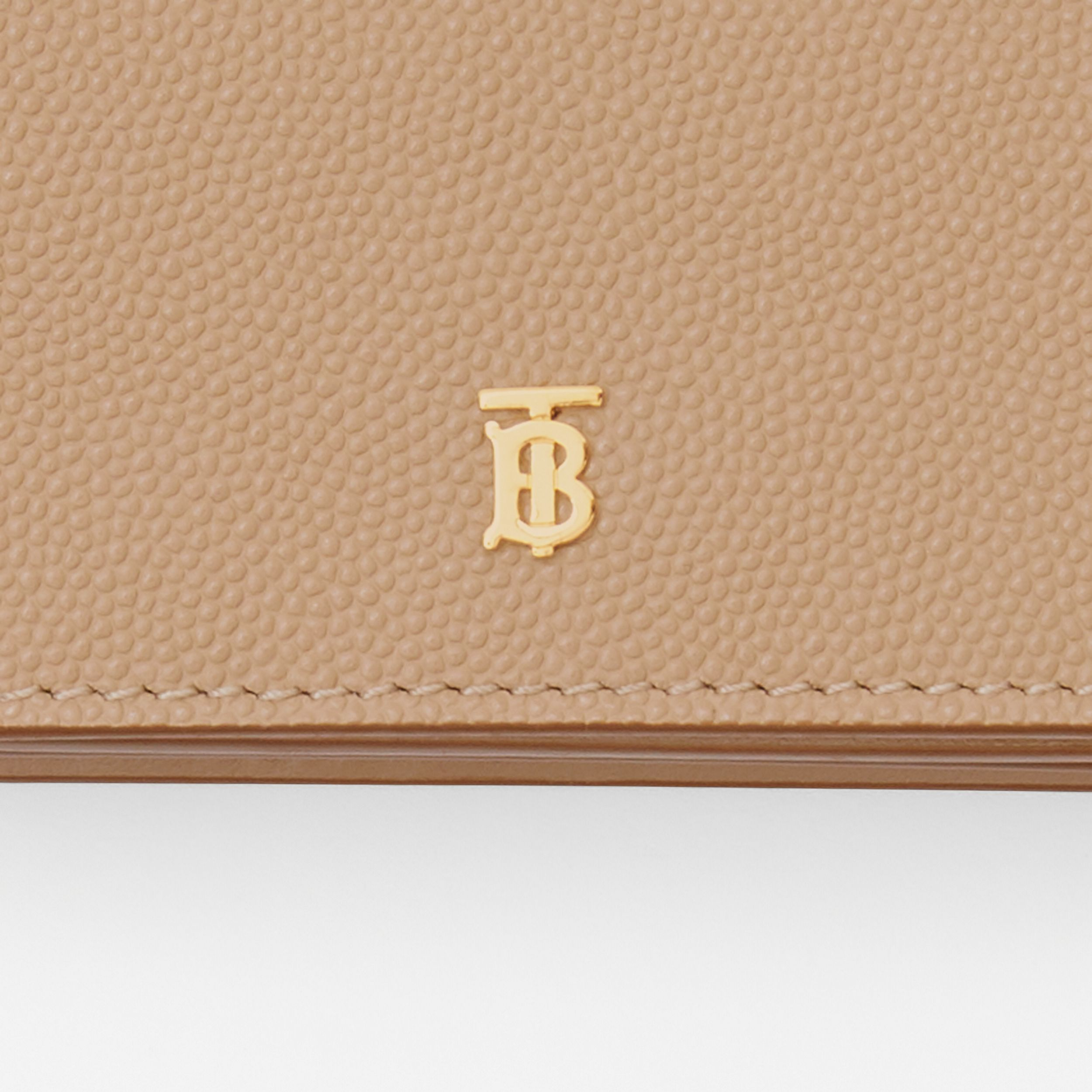 Porte-cartes en cuir grainé avec sangle amovible (Beige D'archive) - Femme | Burberry - 2