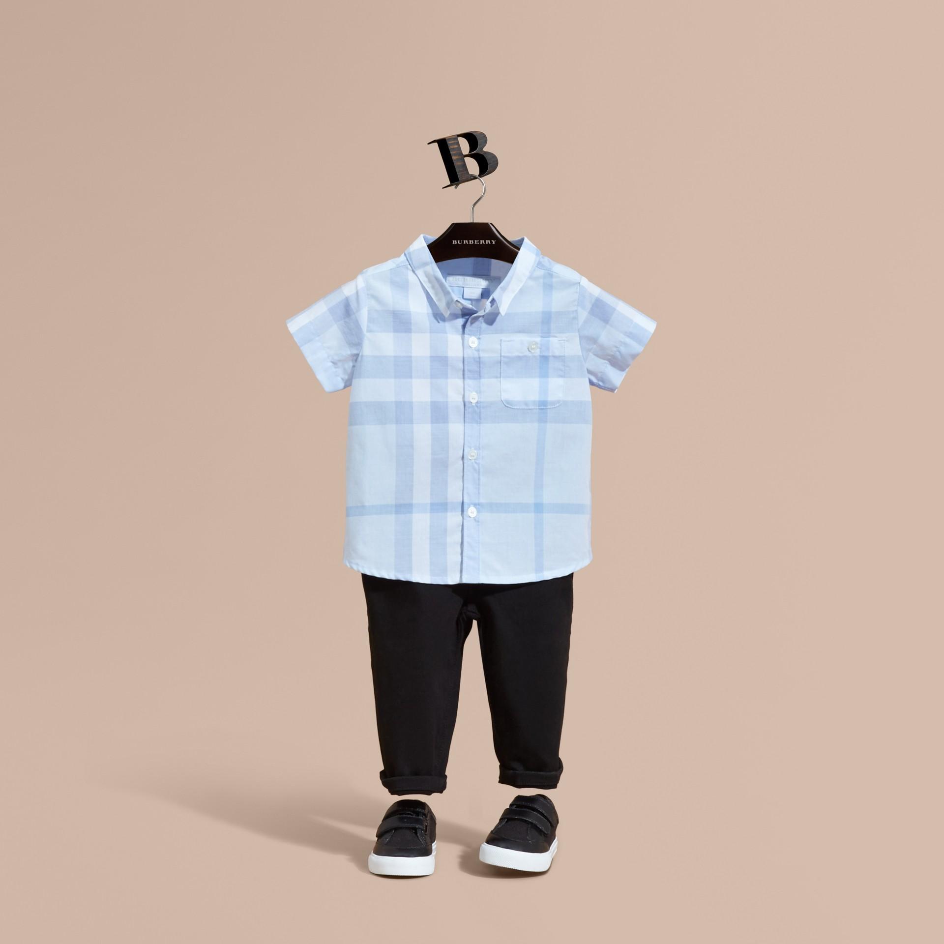 Bleu glacé Chemise en coton à manches courtes avec motif check - photo de la galerie 1