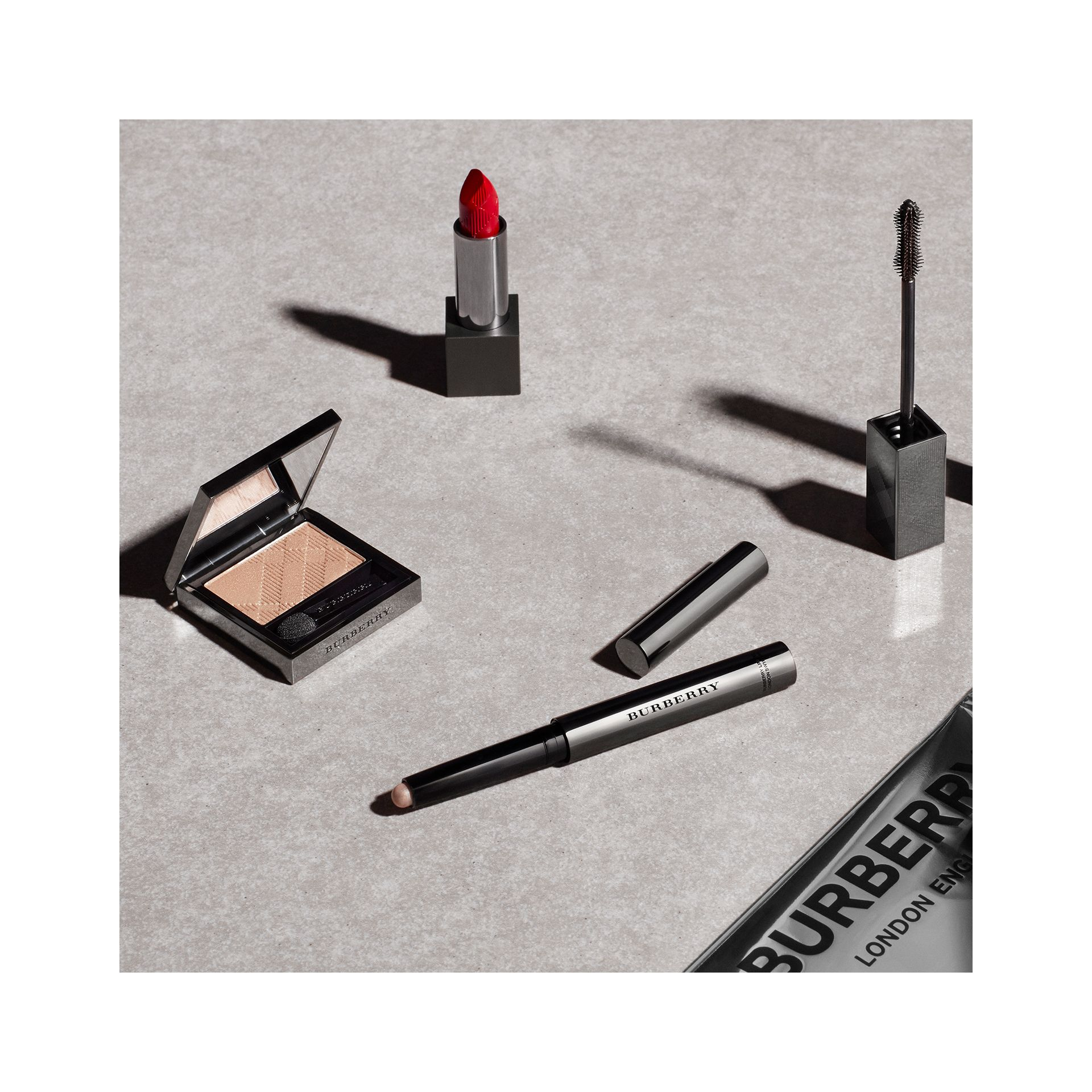Lip Velvet - Military Red No.429 - Donna | Burberry - immagine della galleria 2