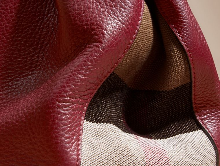 Rouge bourgogne Sac tote medium en cuir orné de touches check - cell image 1