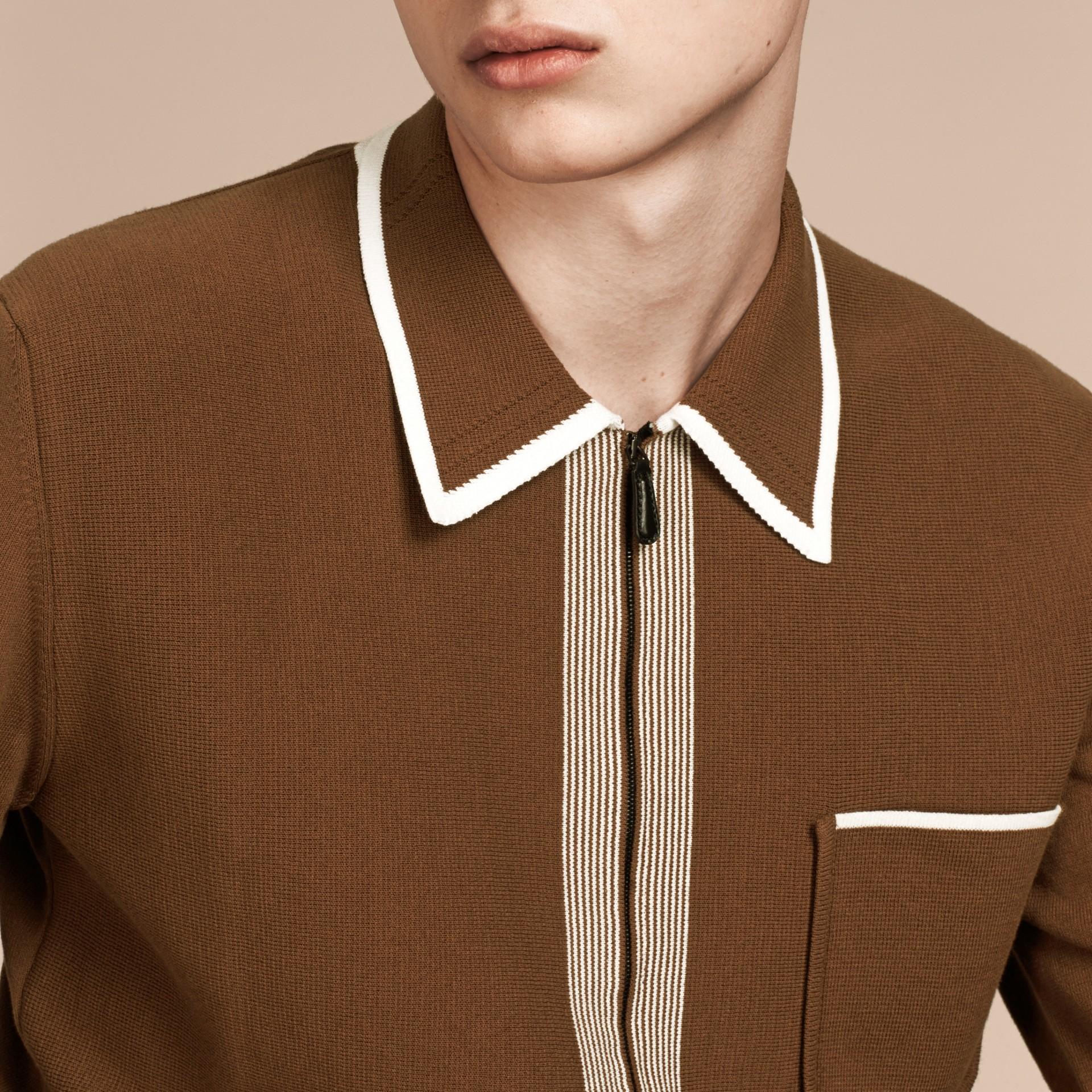 Marron ocre Cardigan en coton technique à bordure contrastante Marron Ocre - photo de la galerie 4
