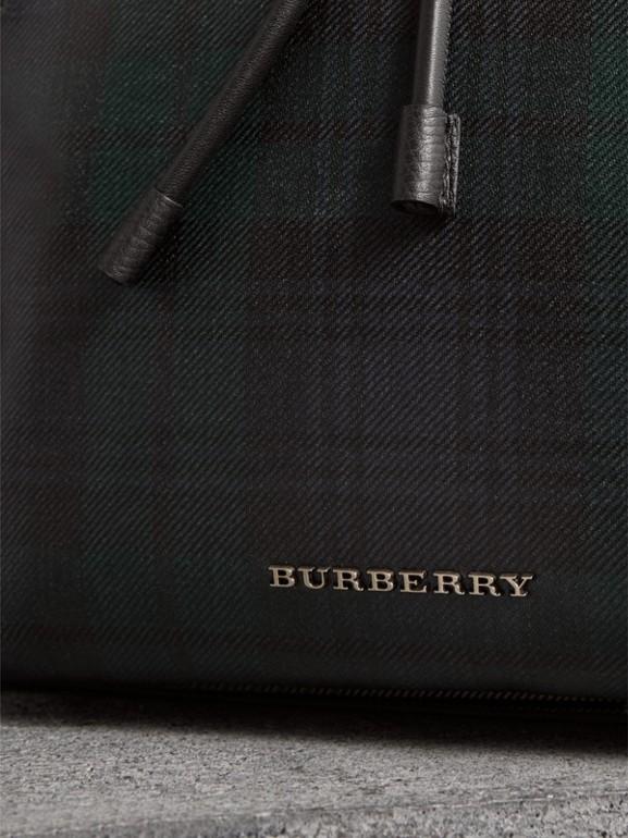 Mochila Rucksack grande com efeito plastificado em xadrez tartan (Preto/branco) - Homens | Burberry - cell image 1
