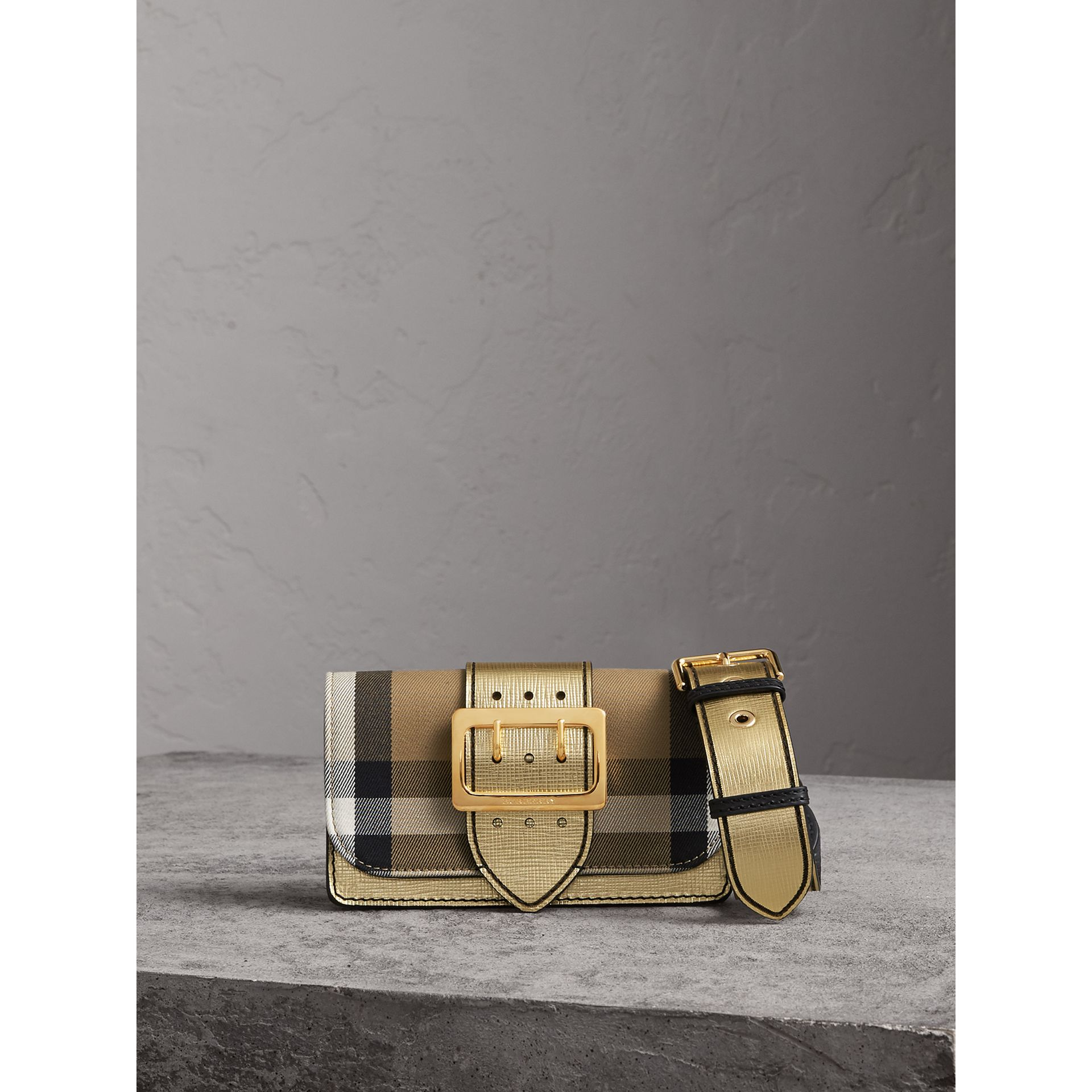 Borsa The Buckle piccola con motivo House check e pelle (Oro) - Donna | Burberry - immagine della galleria 1