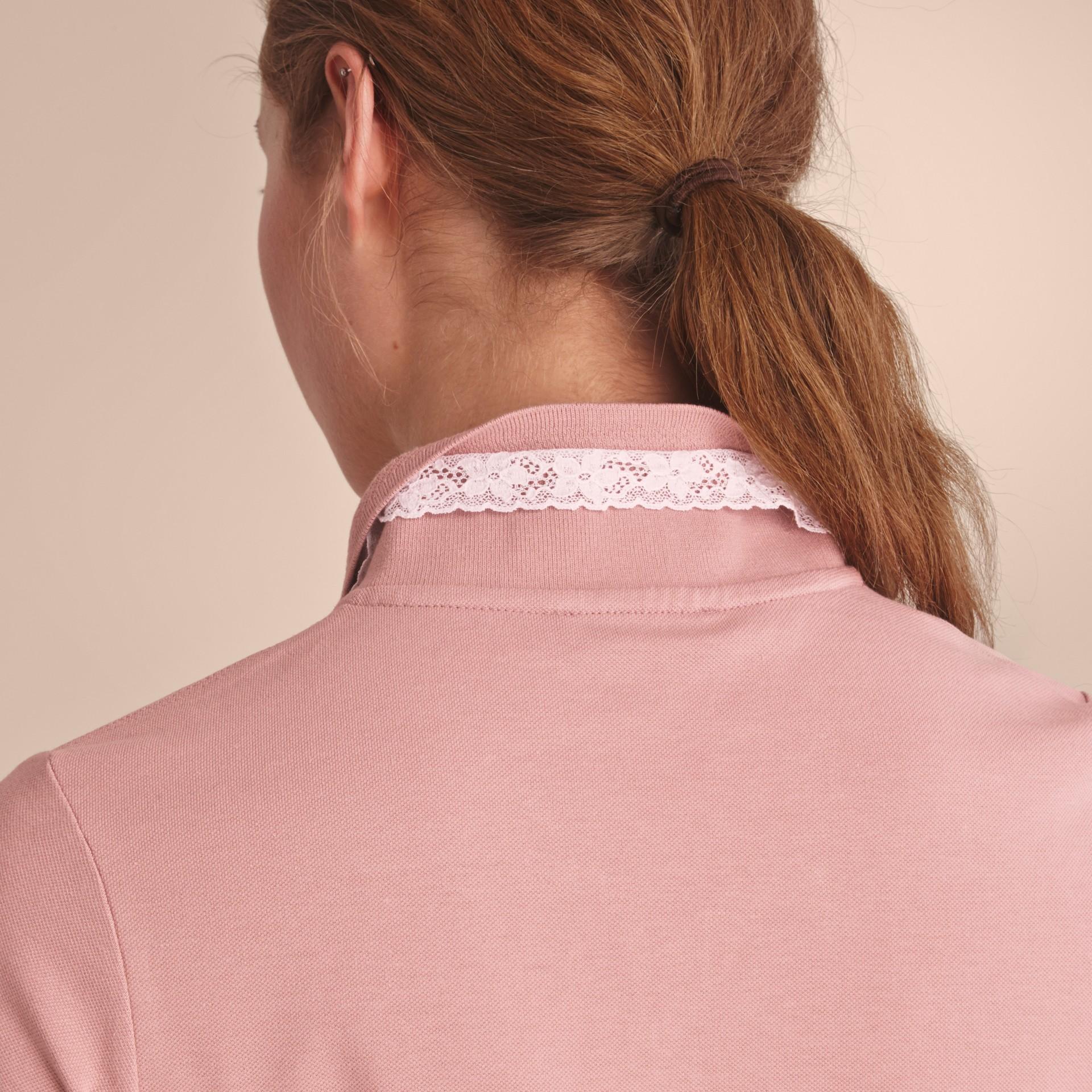 Camisa polo de algodão com detalhe de renda e xadrez (Nude) - Mulheres | Burberry - galeria de imagens 5