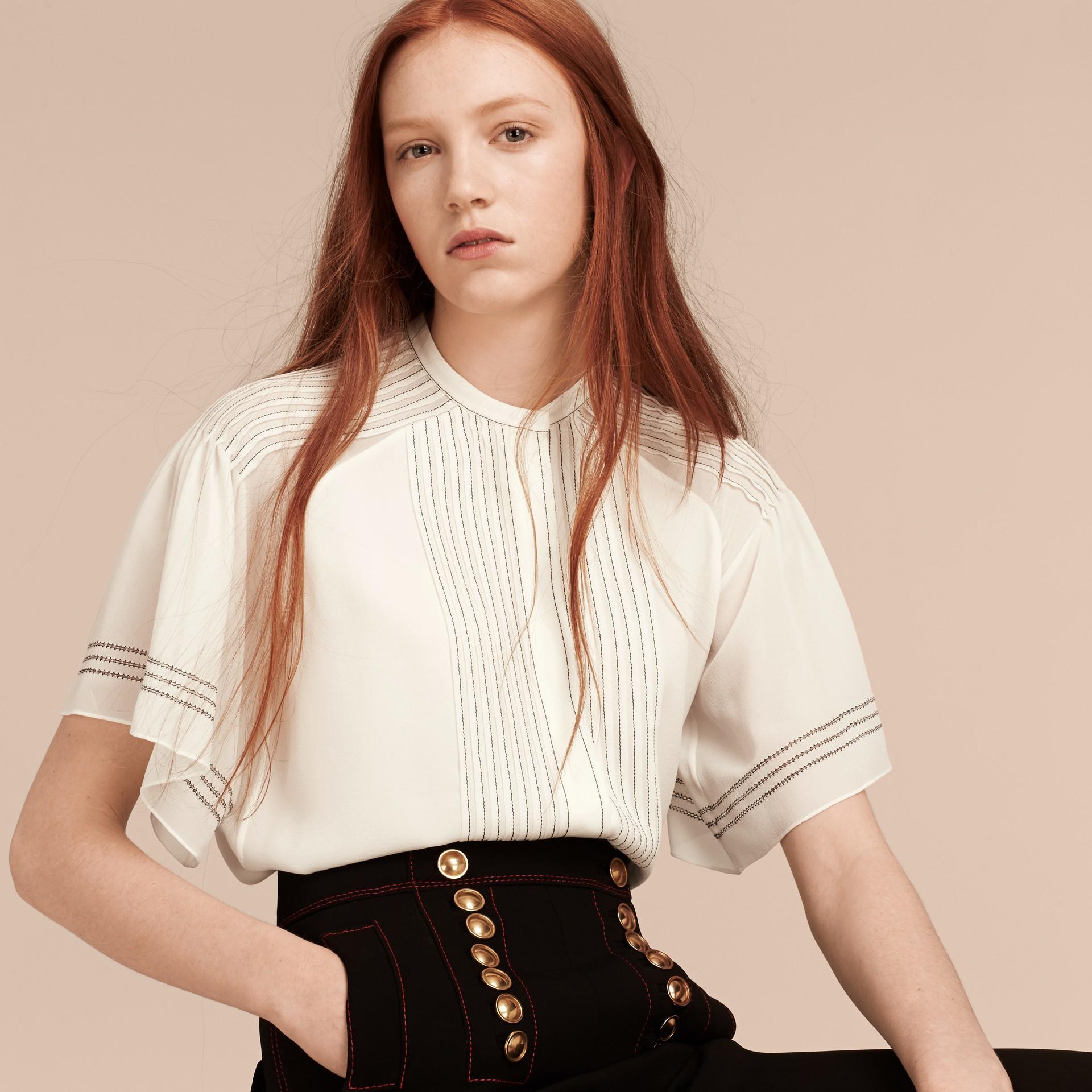 Bianco Blusa in seta con maniche stile mantella - immagine della galleria 6