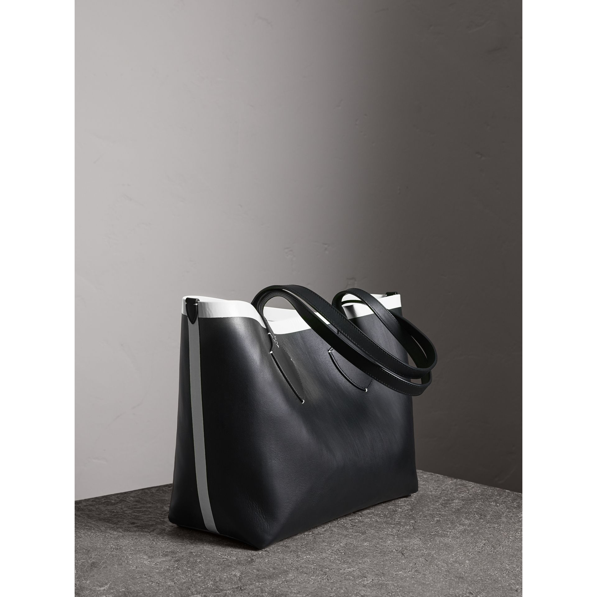 The Medium Giant Reversible Tote in Canvas and Leather in Black/white | Burberry - gallery image 1