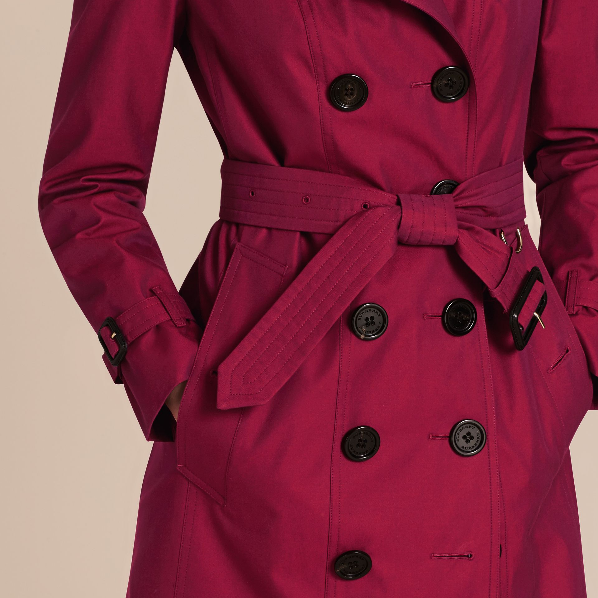 Crimson Cotton Gabardine Trench Coat with Detachable Fur Trim Crimson - photo de la galerie 5