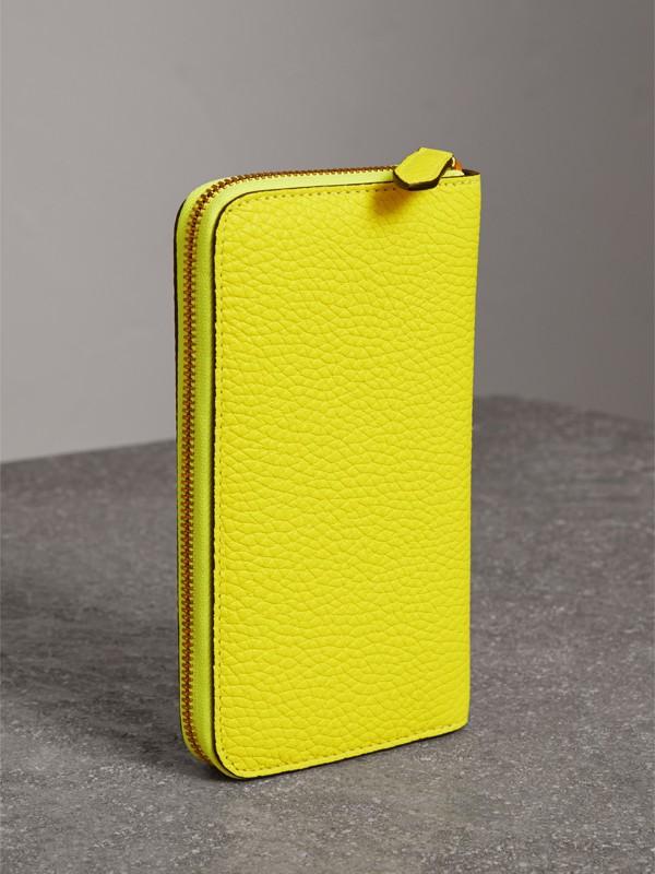 Carteira de couro com zíper e detalhe em relevo (Amarelo Intenso) - Mulheres | Burberry - cell image 2