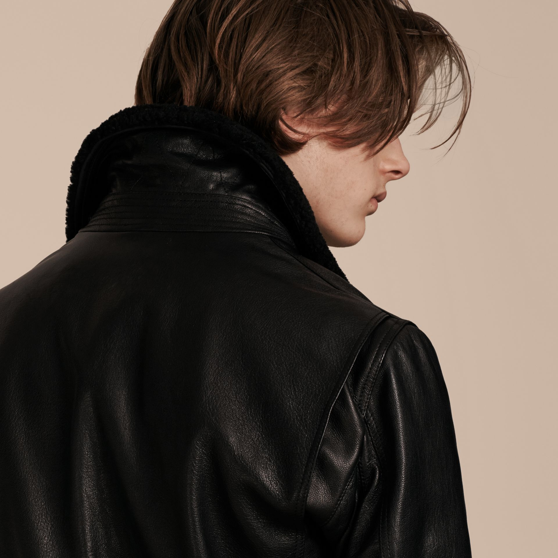 Noir Veste en cuir avec col en shearling amovible - photo de la galerie 6
