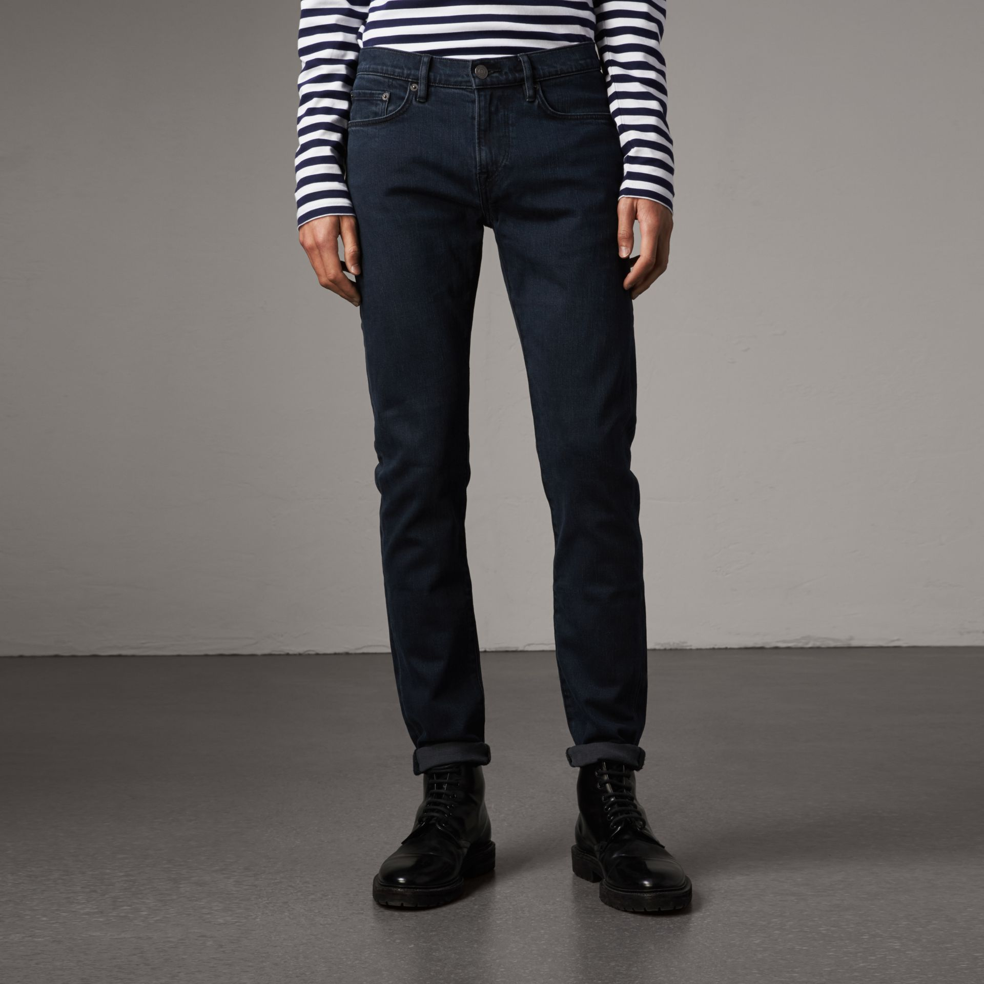Jean de coupe slim stretch surteint (Indigo Sombre) - Homme | Burberry Canada - photo de la galerie 0