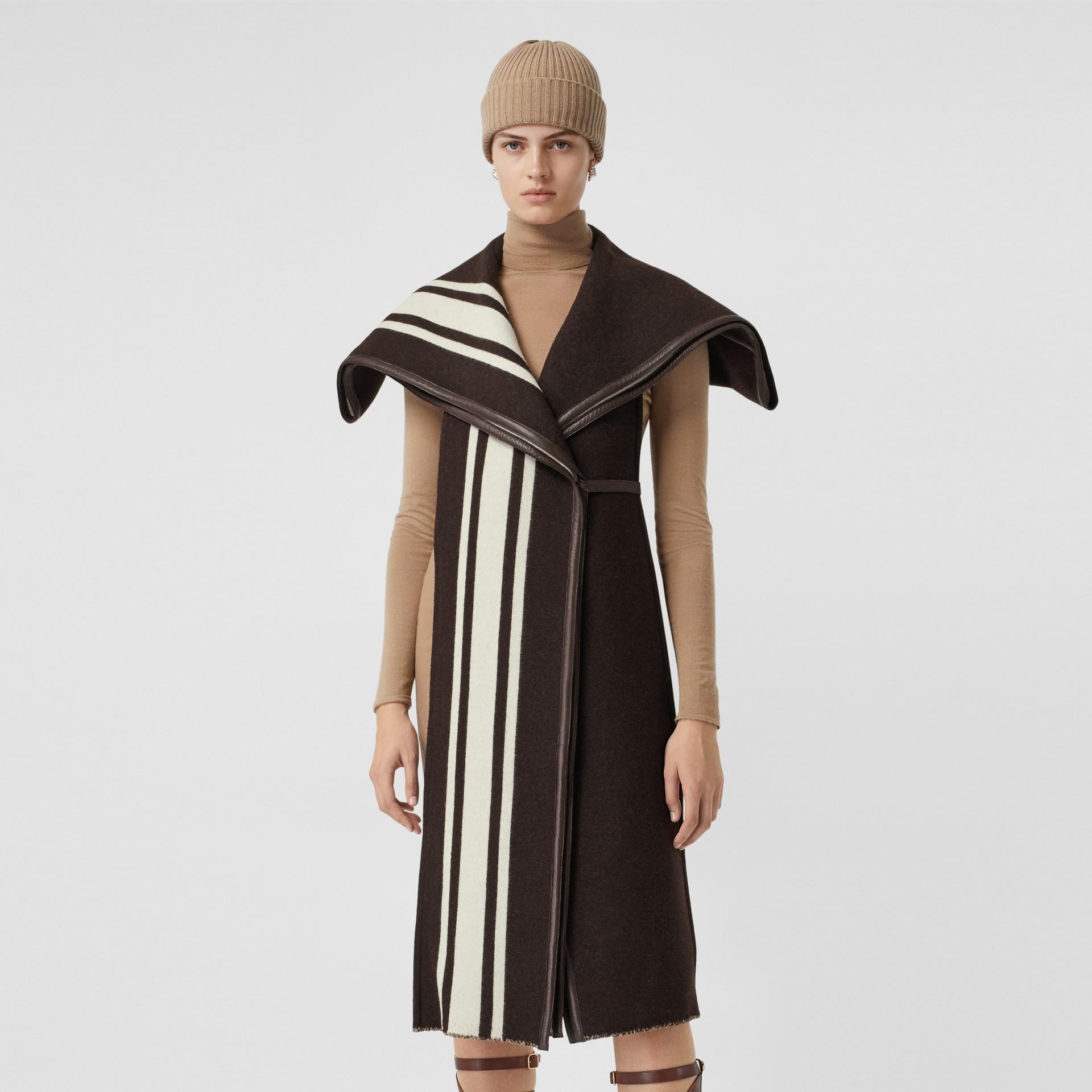 羔羊皮飾帶條紋細節設計羊毛提花披肩 (棕色) - 女款 | Burberry - 圖庫照片 5