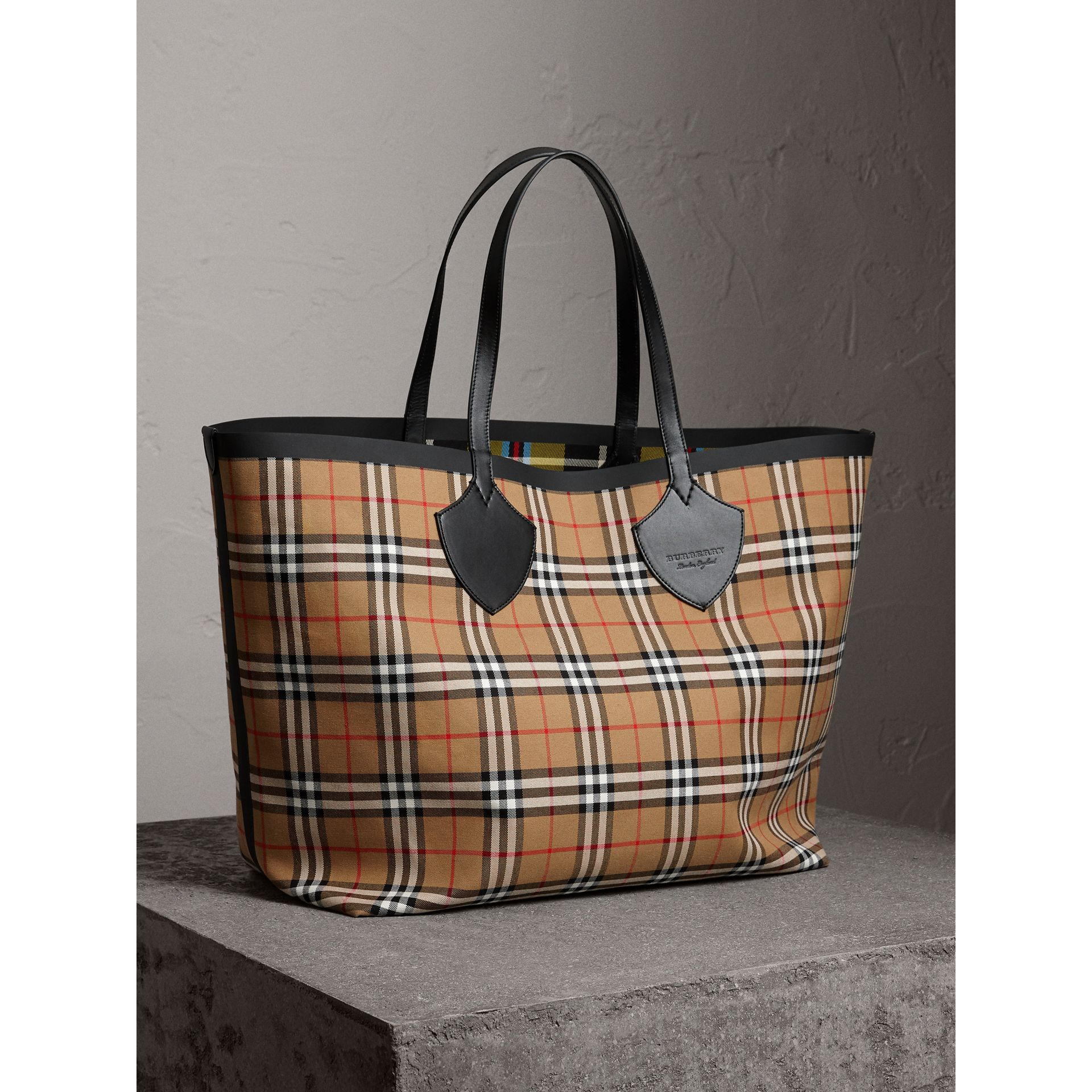 The Giant Reversible Tote in Vintage Check in Antique Yellow | Burberry Australia - gallery image 3