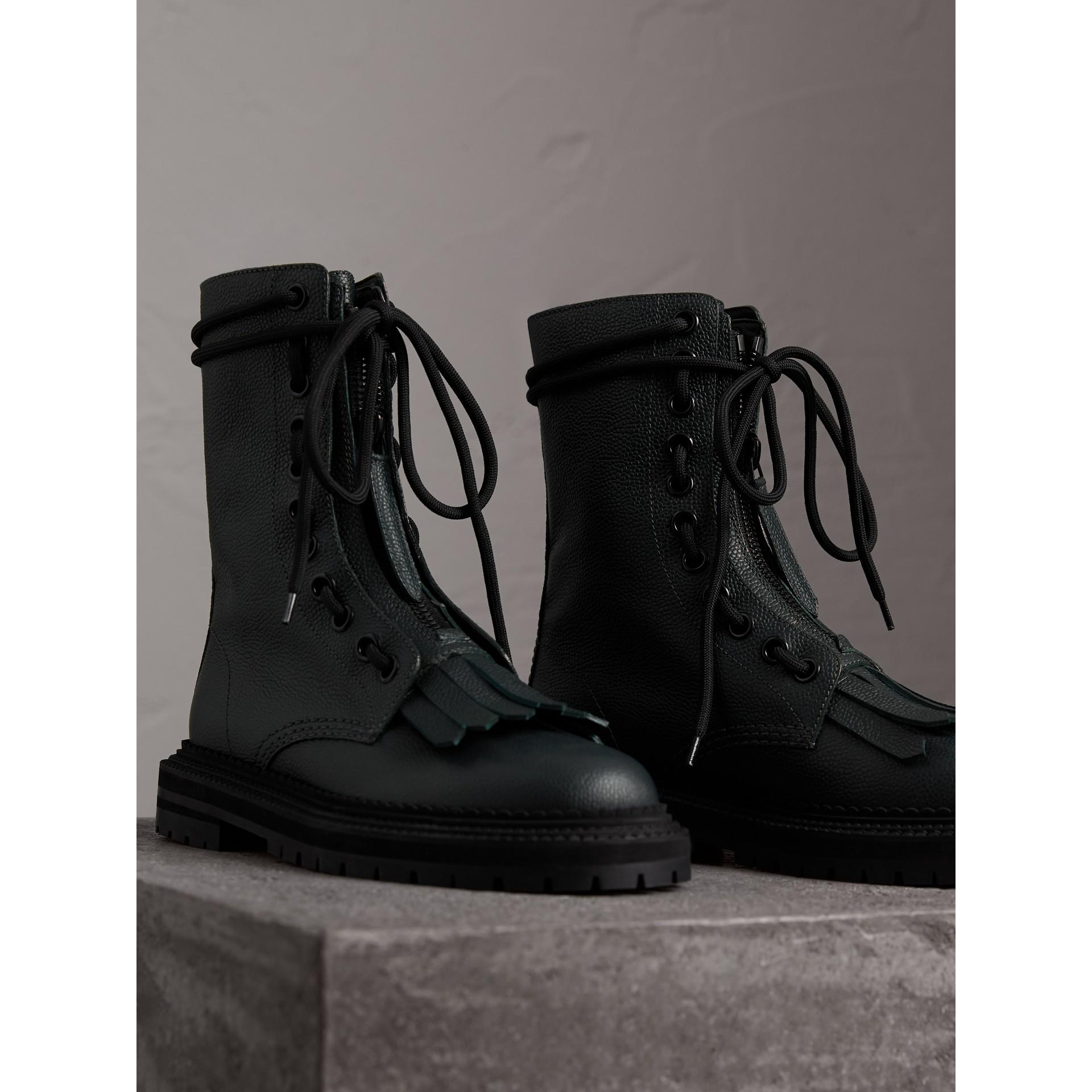 Botas de estilo militar en piel granulada con flecos (Verde Viridián Intenso) - Mujer | Burberry - imagen de la galería 3