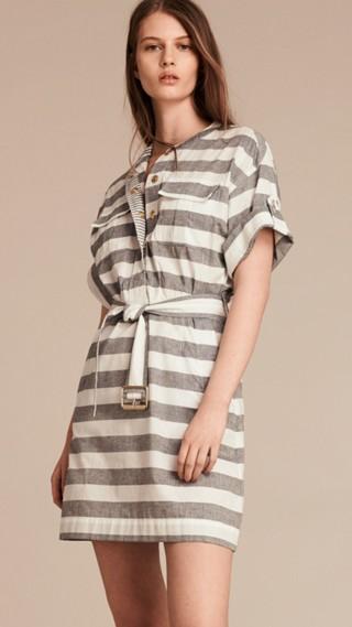 Robe en coton rayée avec ceinture